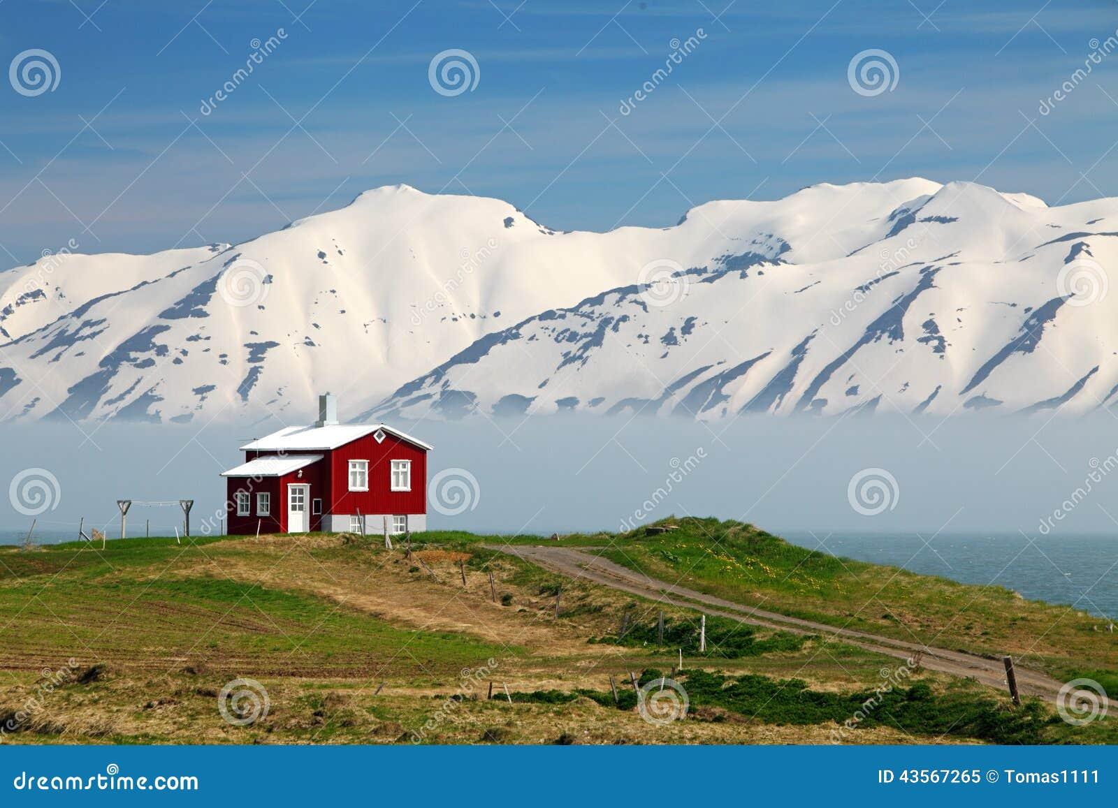 Island landschaft fjord eyjafjordur haus berge stockfoto for Haus island