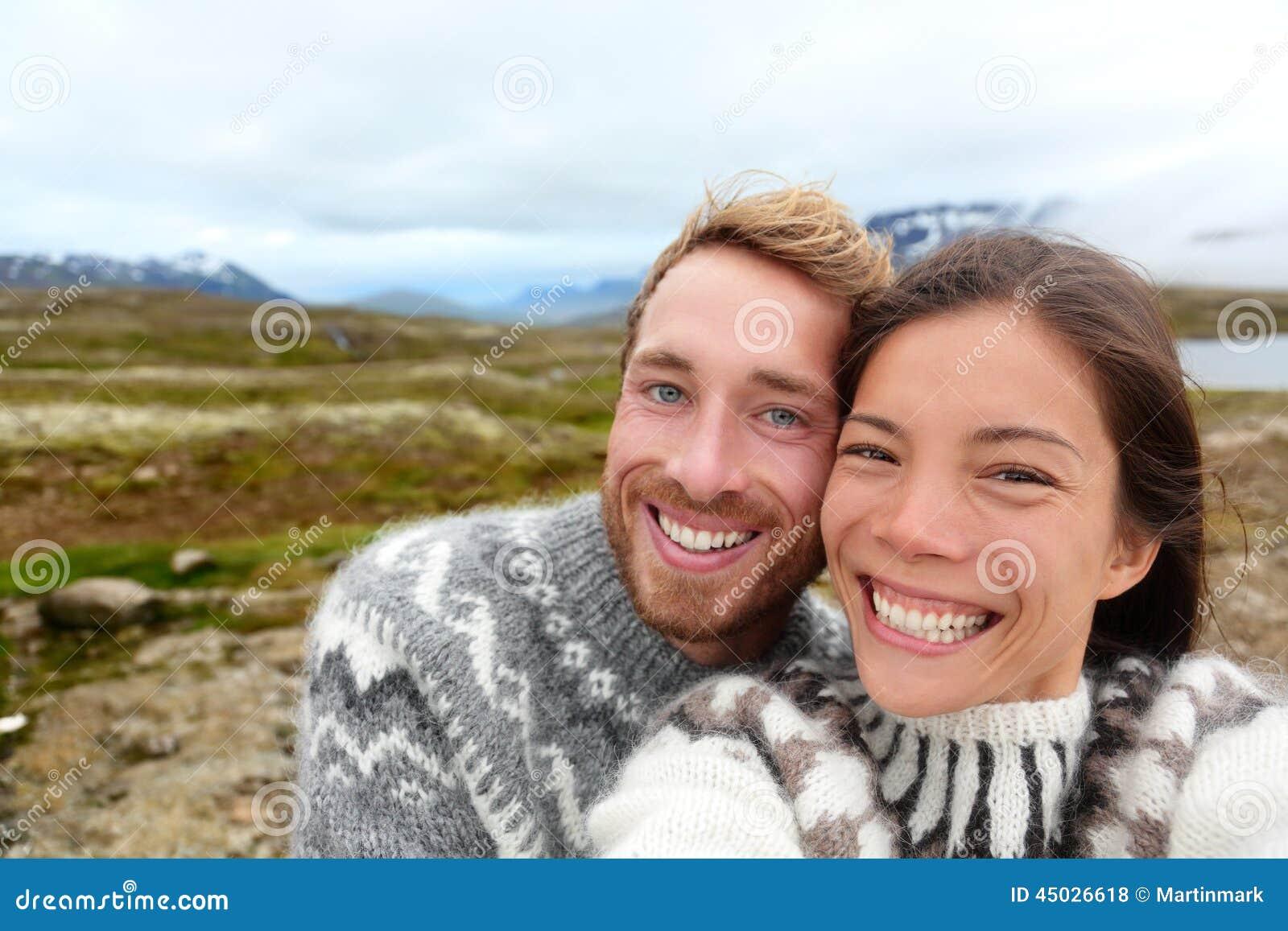 Island-Paare selfie, das isländische Strickjacken trägt