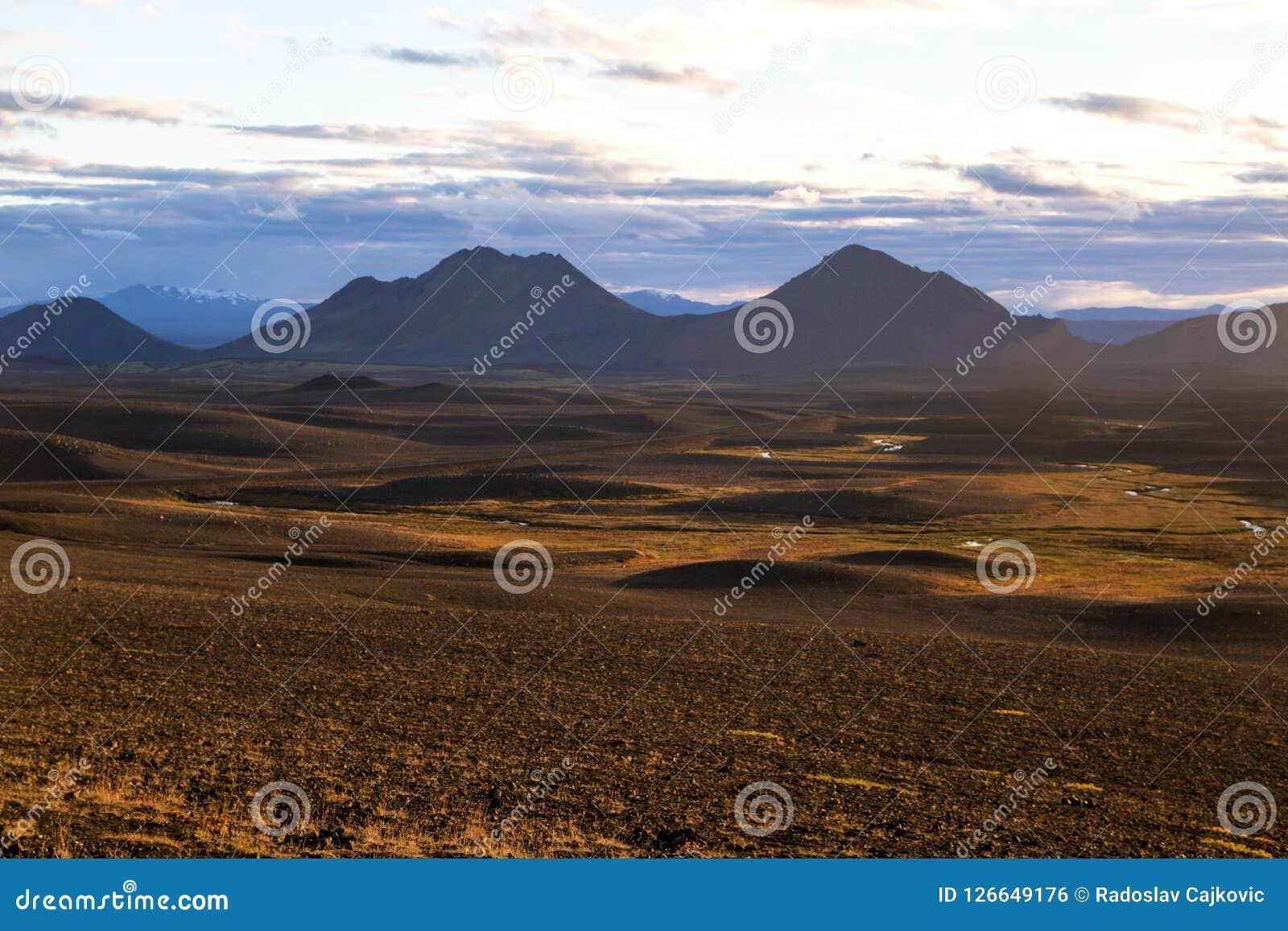 Island-` s inländisch Zentrale Hochländer von Island, rotbraune Berglandschaft formten durch vulkanische Tätigkeit