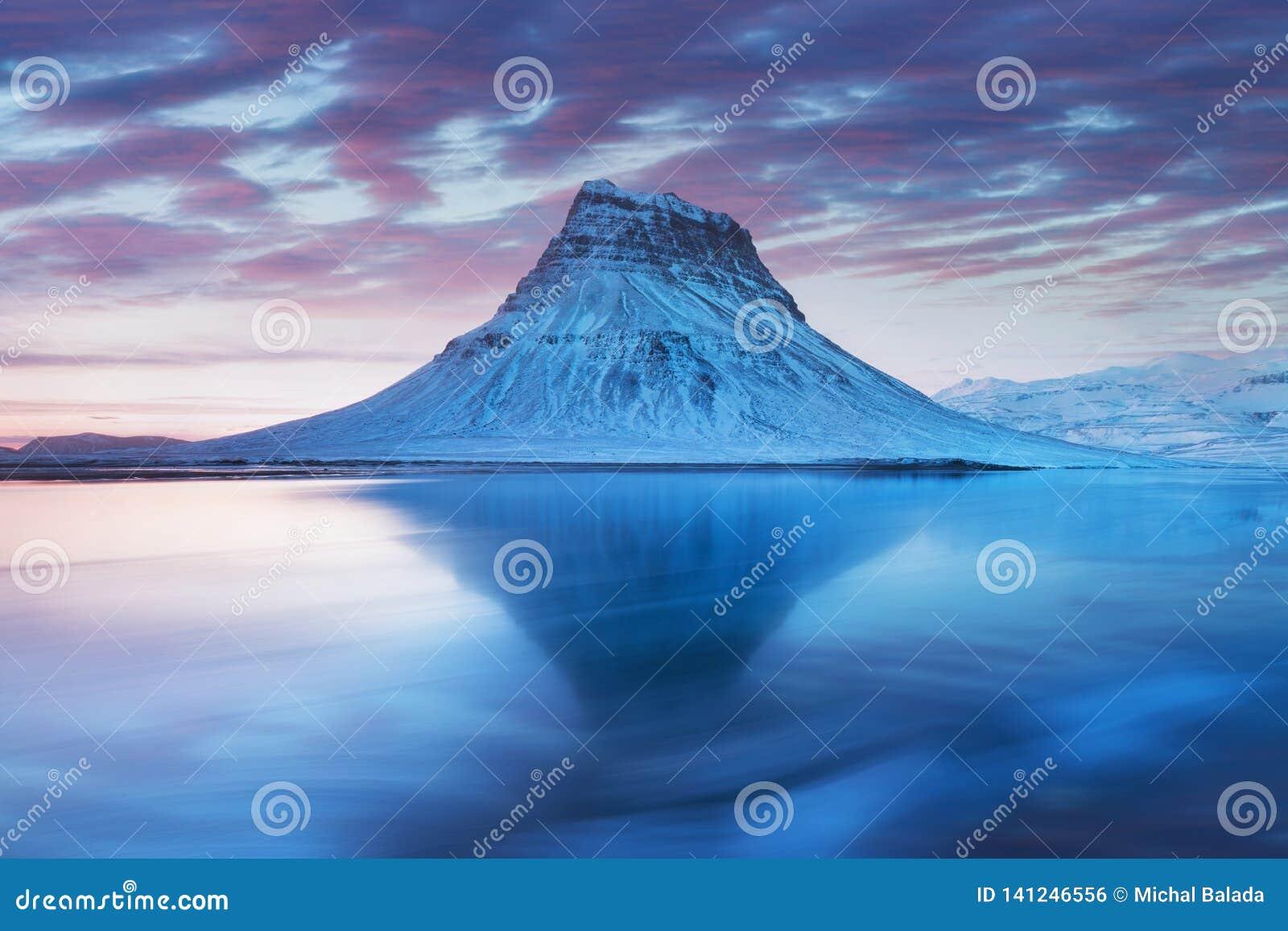 Island snaefellsneshalv? och ber?mda Kirkjufell Kirkjufell ?r ett beautifully format och symmetriskt fritt st?ende berg