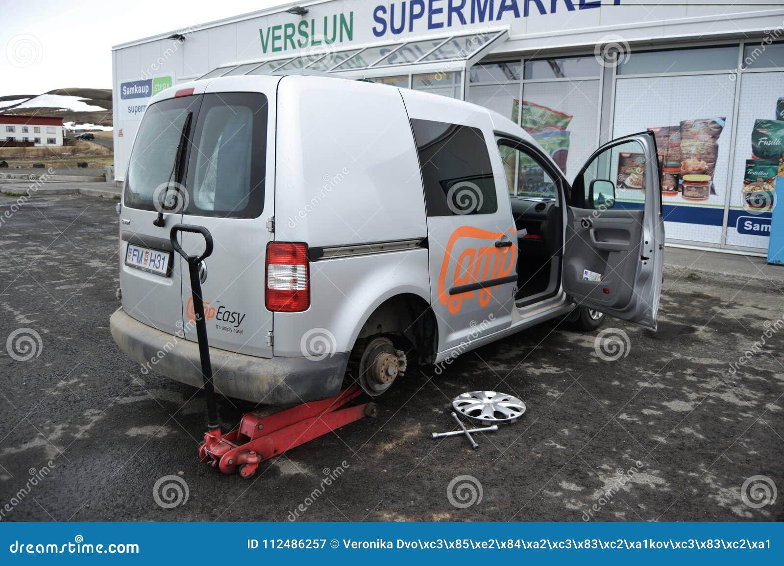 ISLANDIA, julio de 2014: Campista prestado para reparar el neumático agrietado