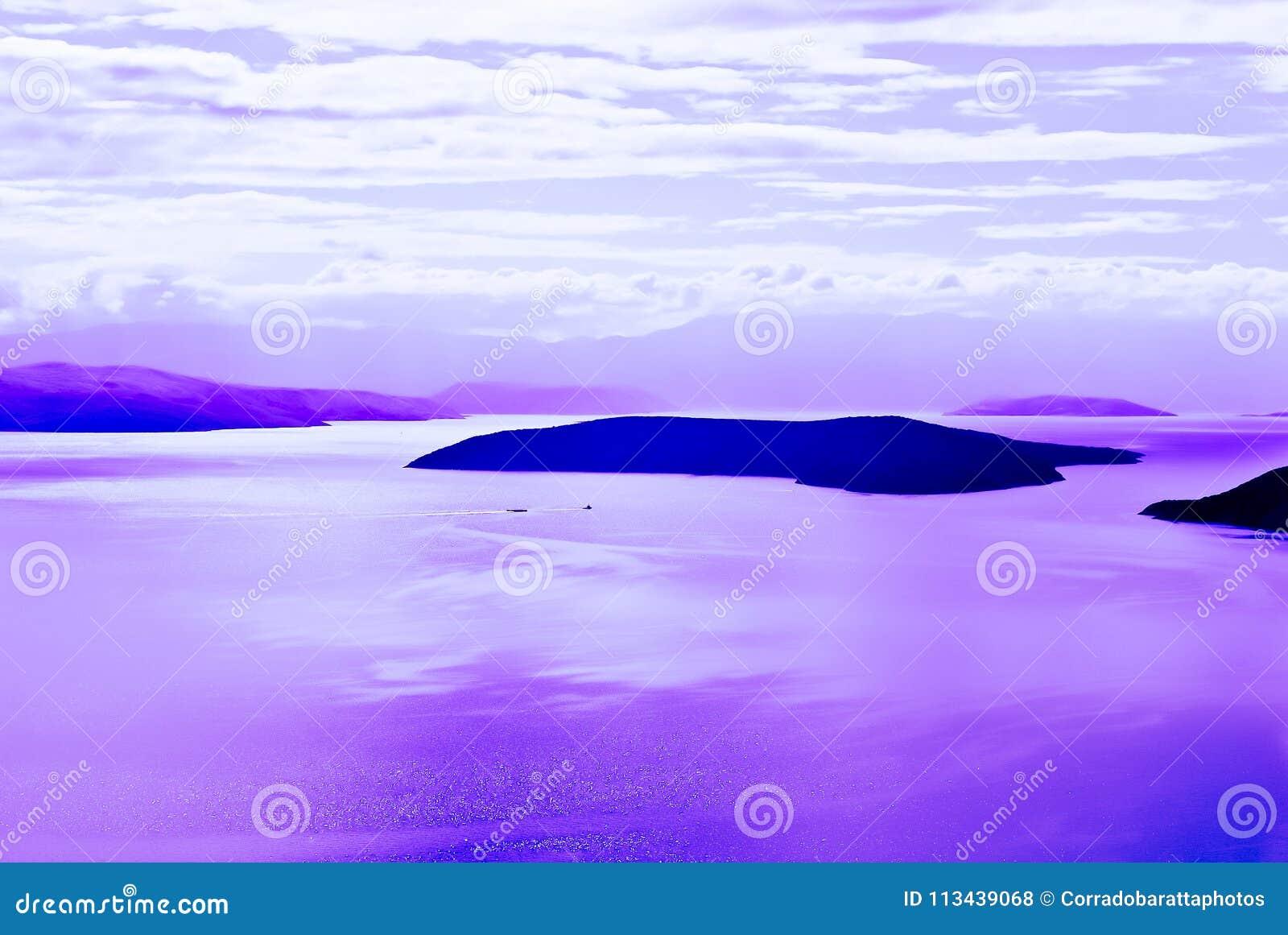 Islas con un mar con reflexiones púrpuras