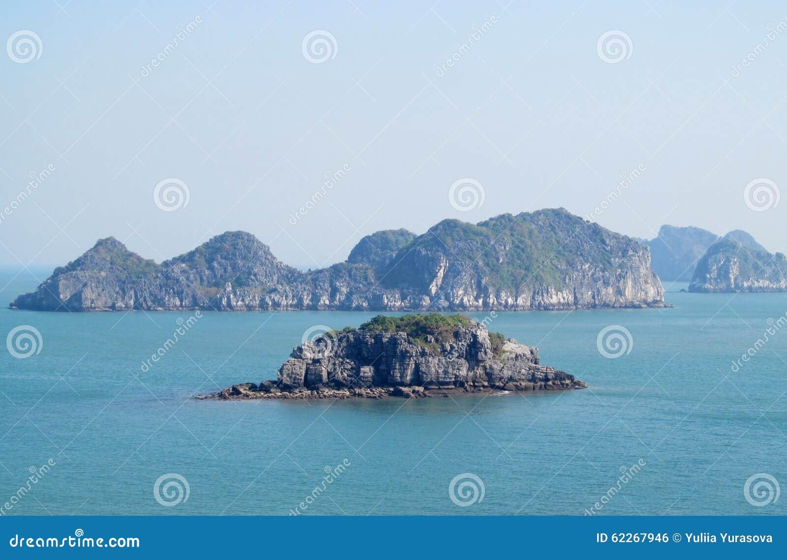 Islas hermosas de la roca en el mar