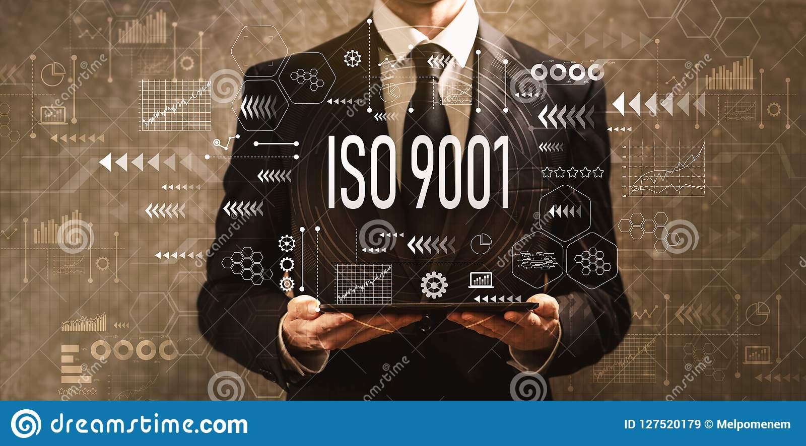 ISO 9001 med affärsmannen som rymmer en minnestavladator