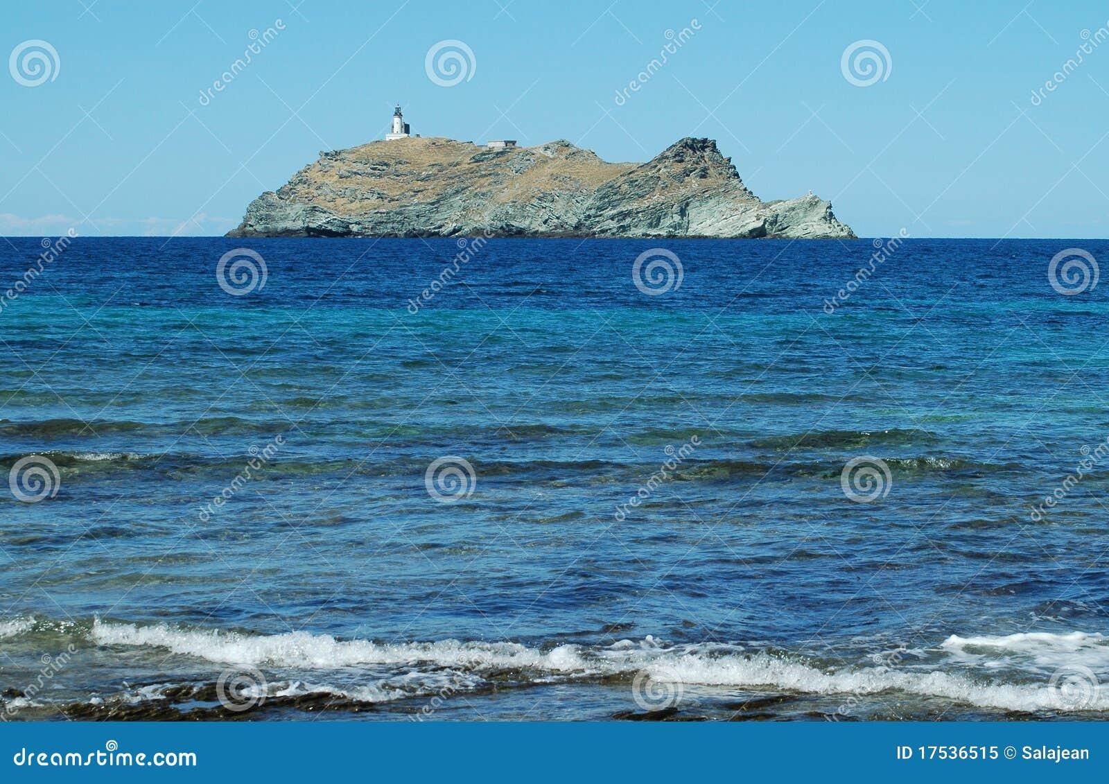 Isola con il faro vicino alla Corsica