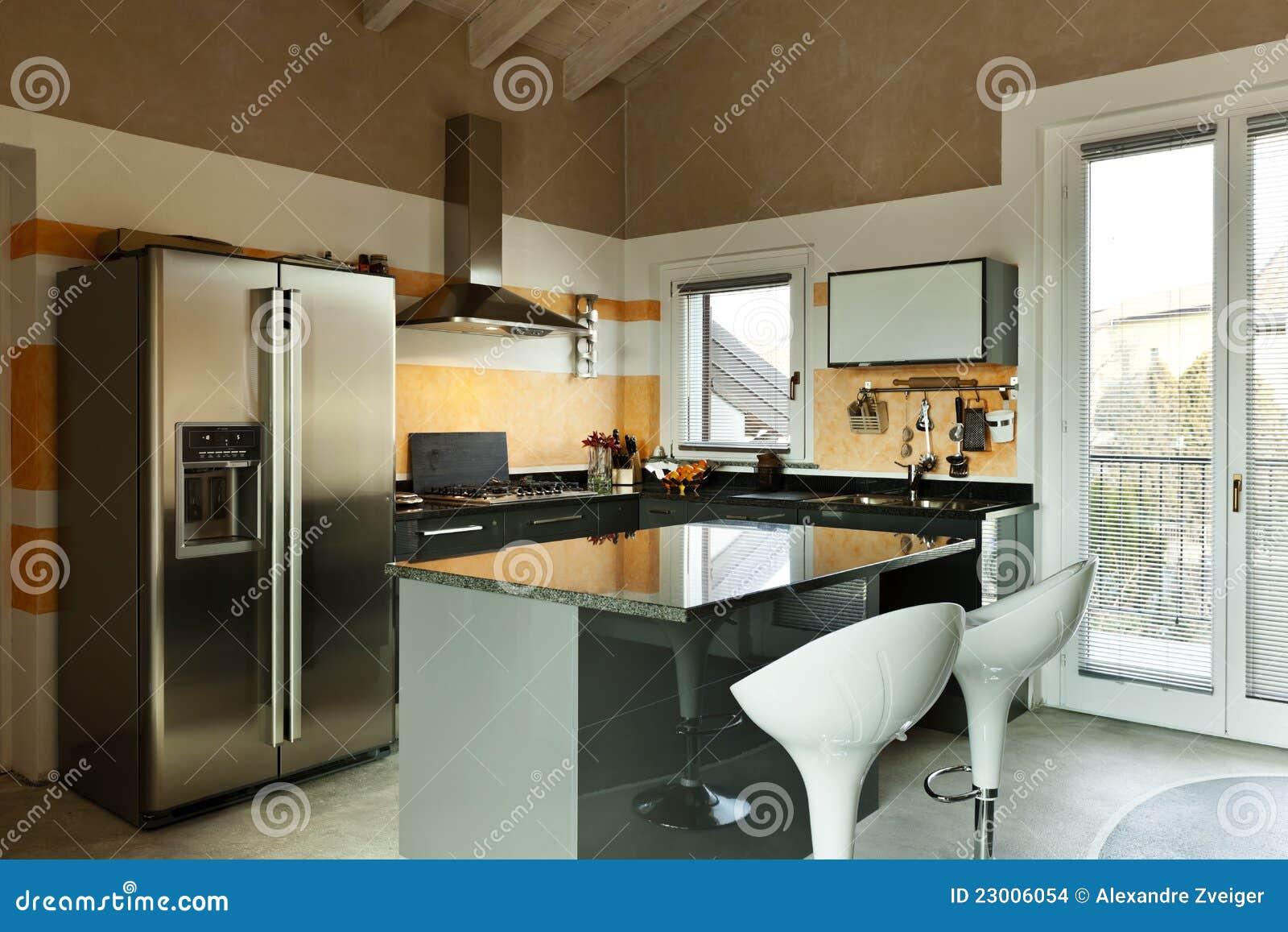 Isola di cucina con due sgabelli immagini stock immagine for Enorme isola cucina