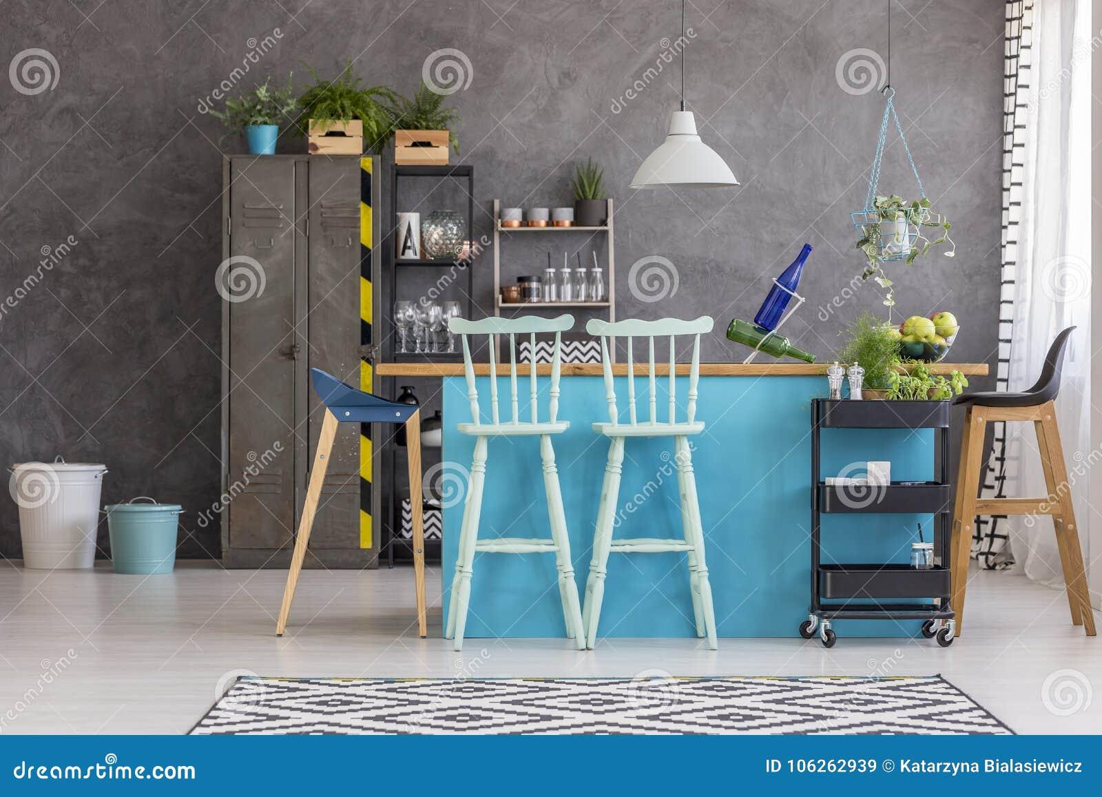 Isola di cucina con gli sgabelli da bar immagine stock immagine di