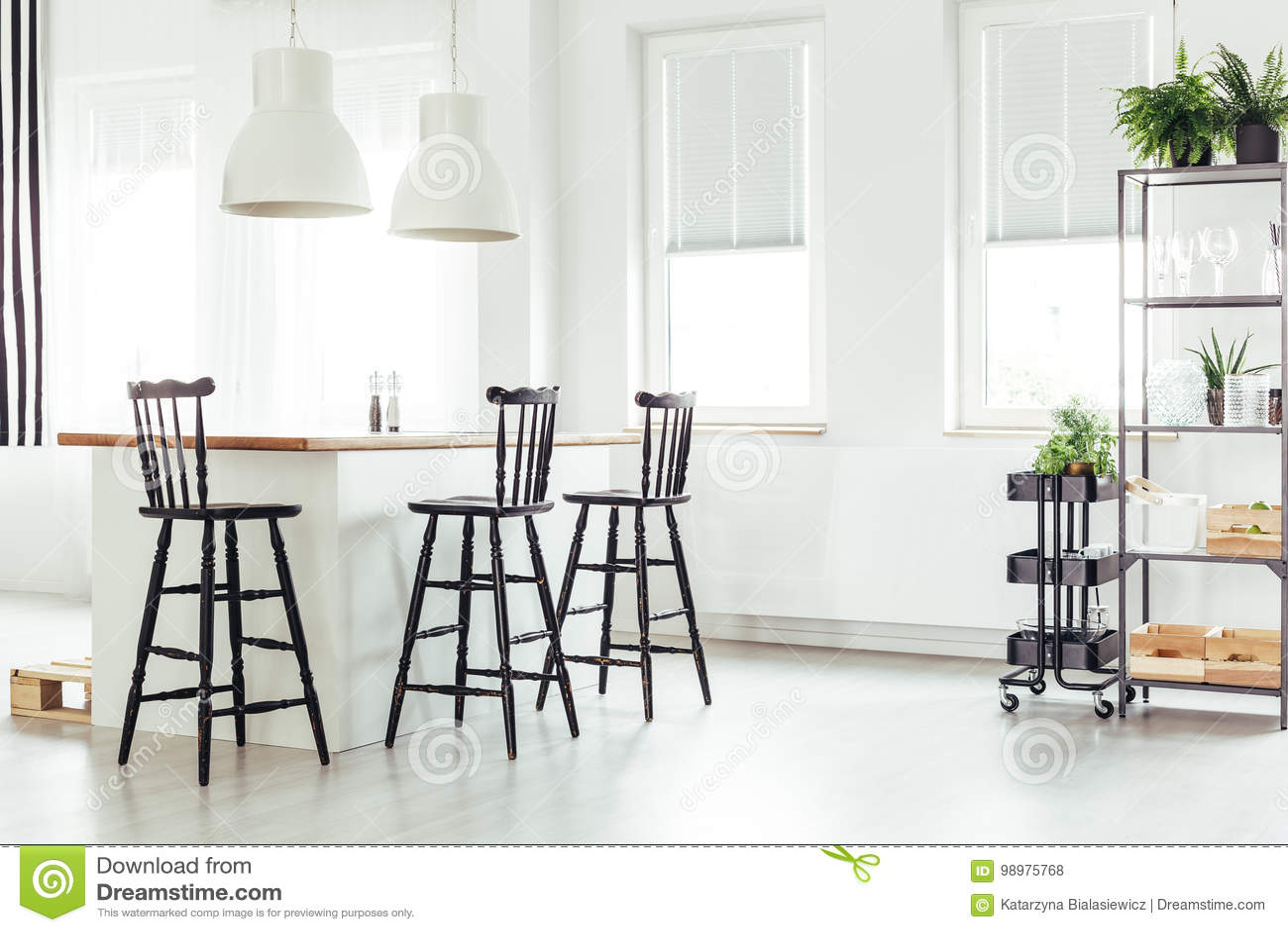 Isola Di Cucina Sotto La Finestra Fotografia Stock ...