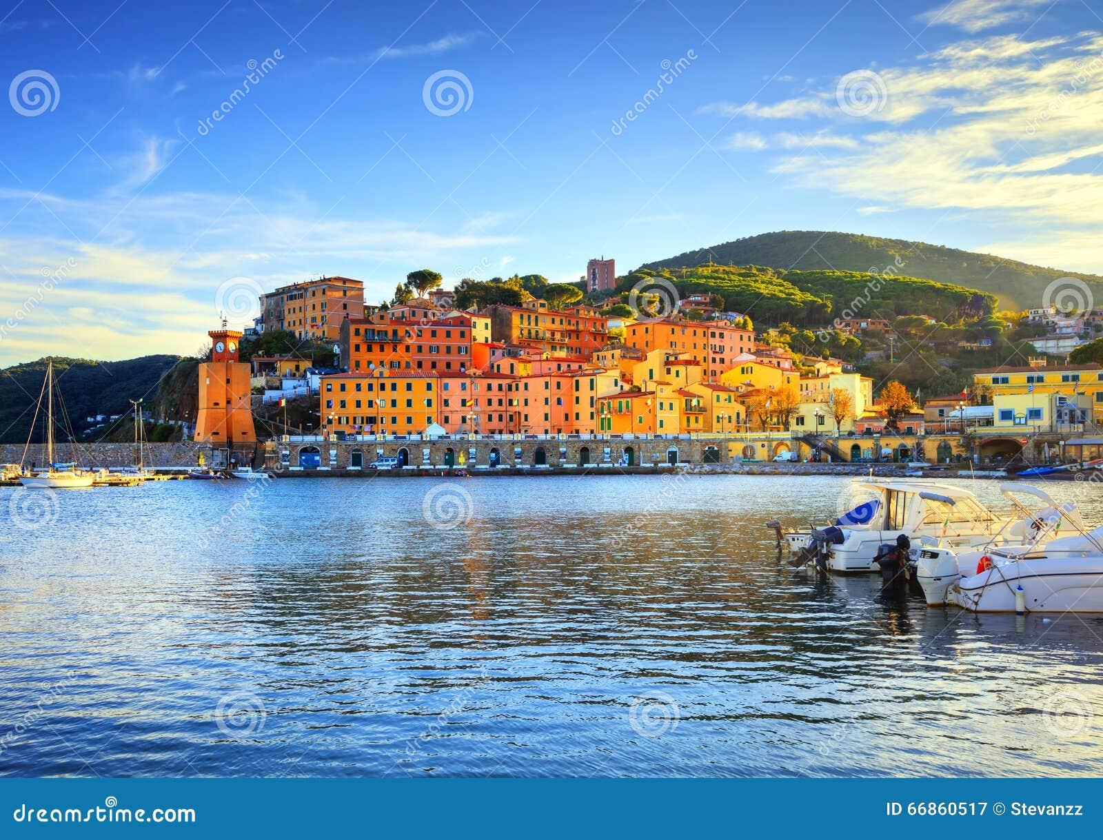 Isola di Elba, baia del villaggio di Rio Marina Spiaggia e faro della baia T