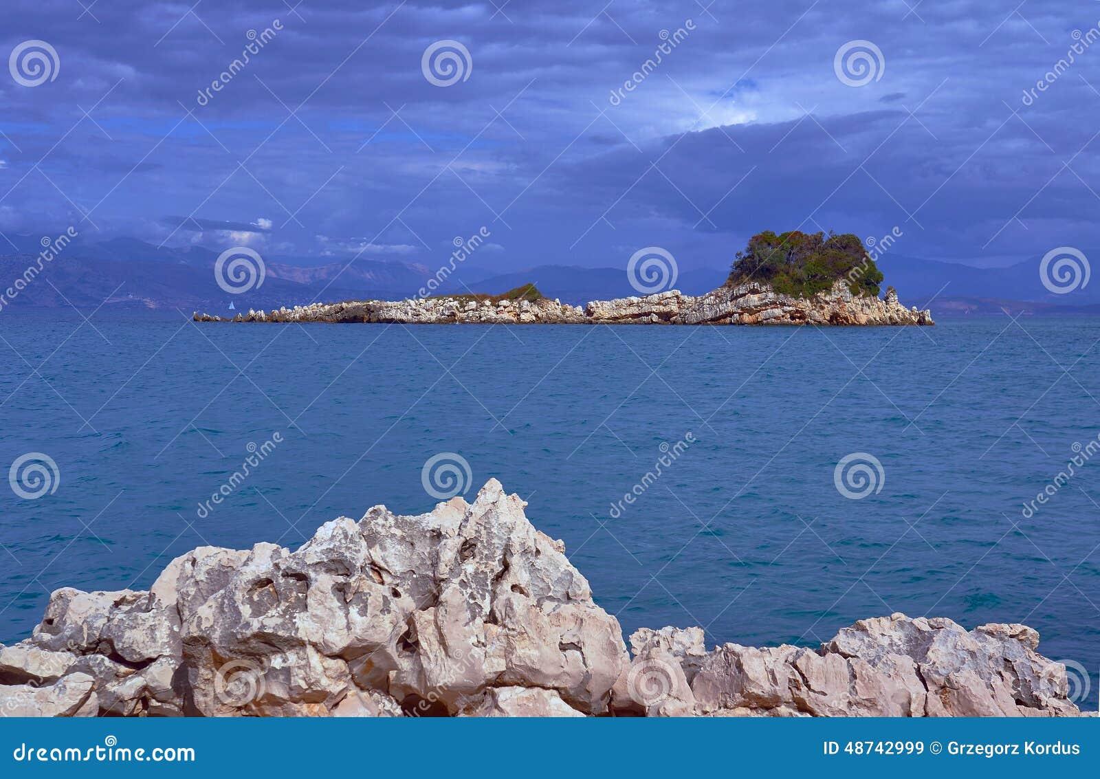 Isola rocciosa nel mare ionico