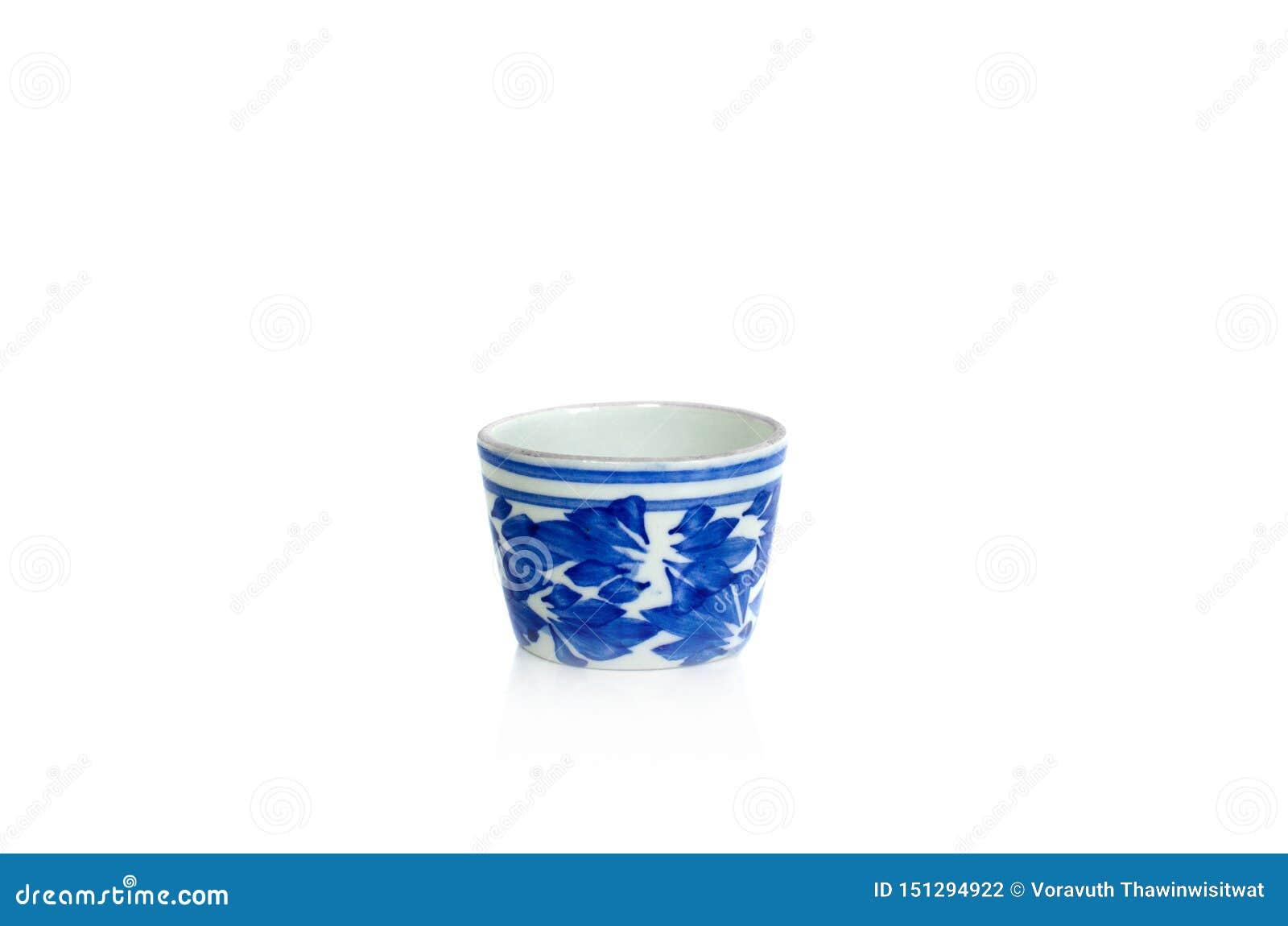 Isolado do copo de chá da porcelana no fundo branco