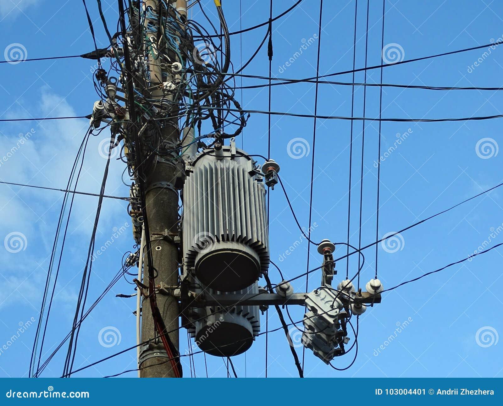 Isoladores da linha de alta tensão, conectores, transformadores e fios tangled