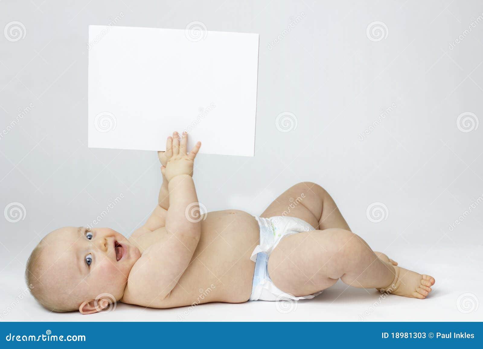 Isolamento bianco del bambino con la scheda in bianco