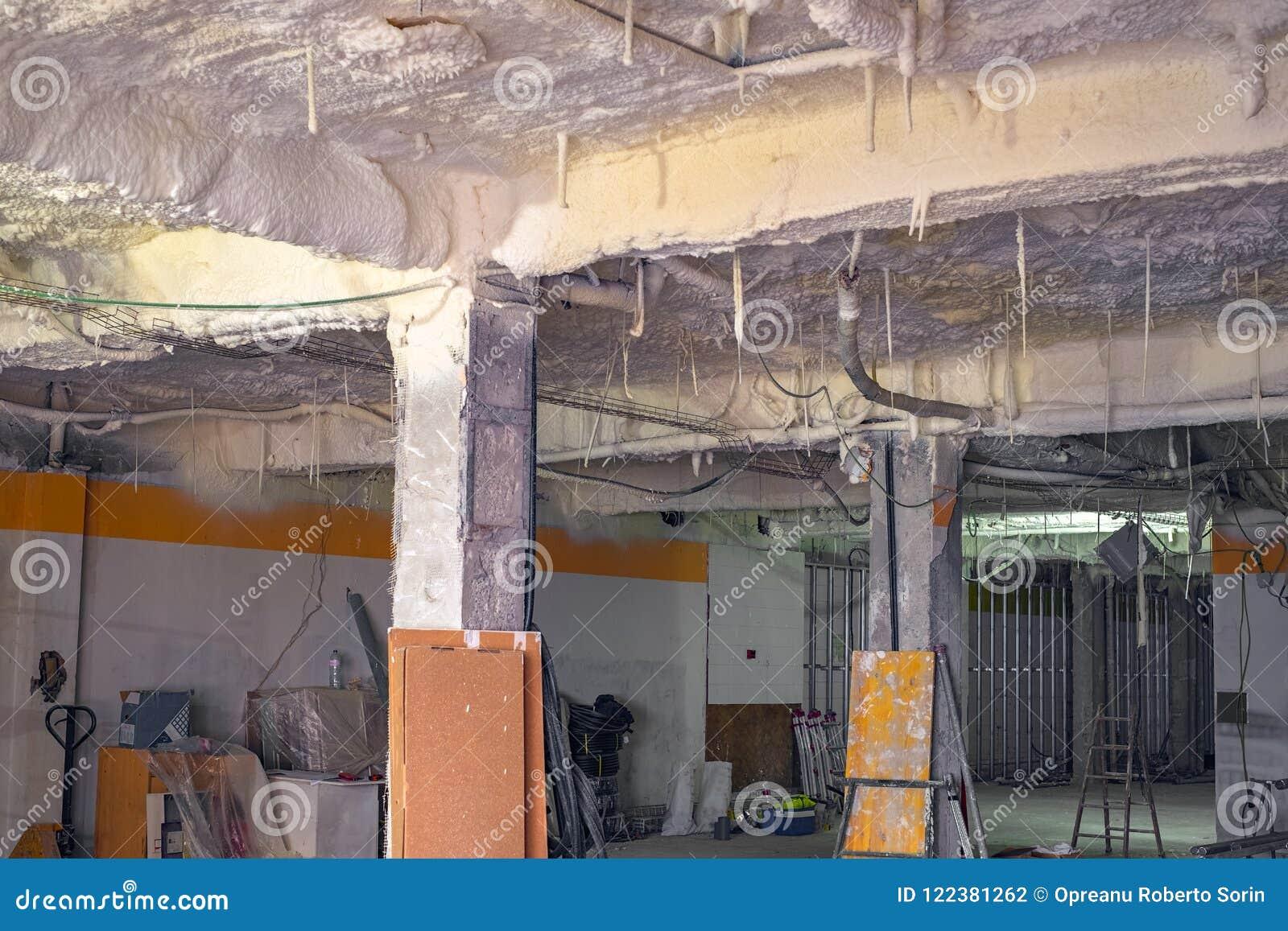 Isolamento termico con schiuma sul soffitto fotografia stock