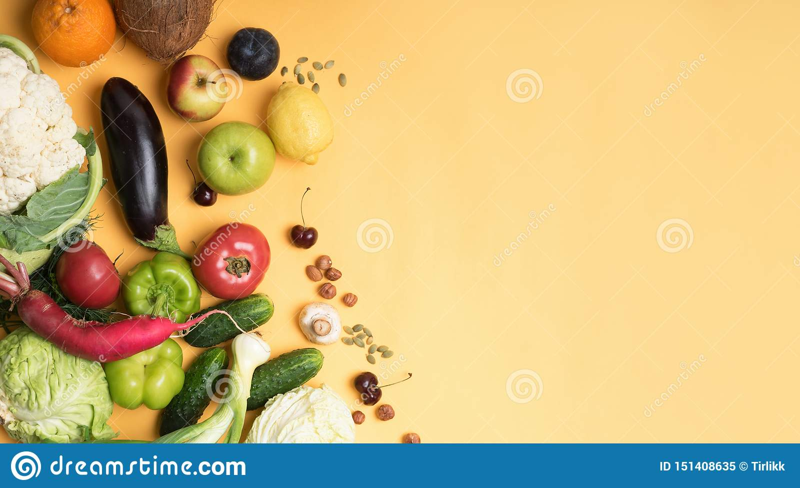 Isoleerden de de verschillende vruchten en groenten van de voedselfotografie gele achtergrond De ruimte van het exemplaar
