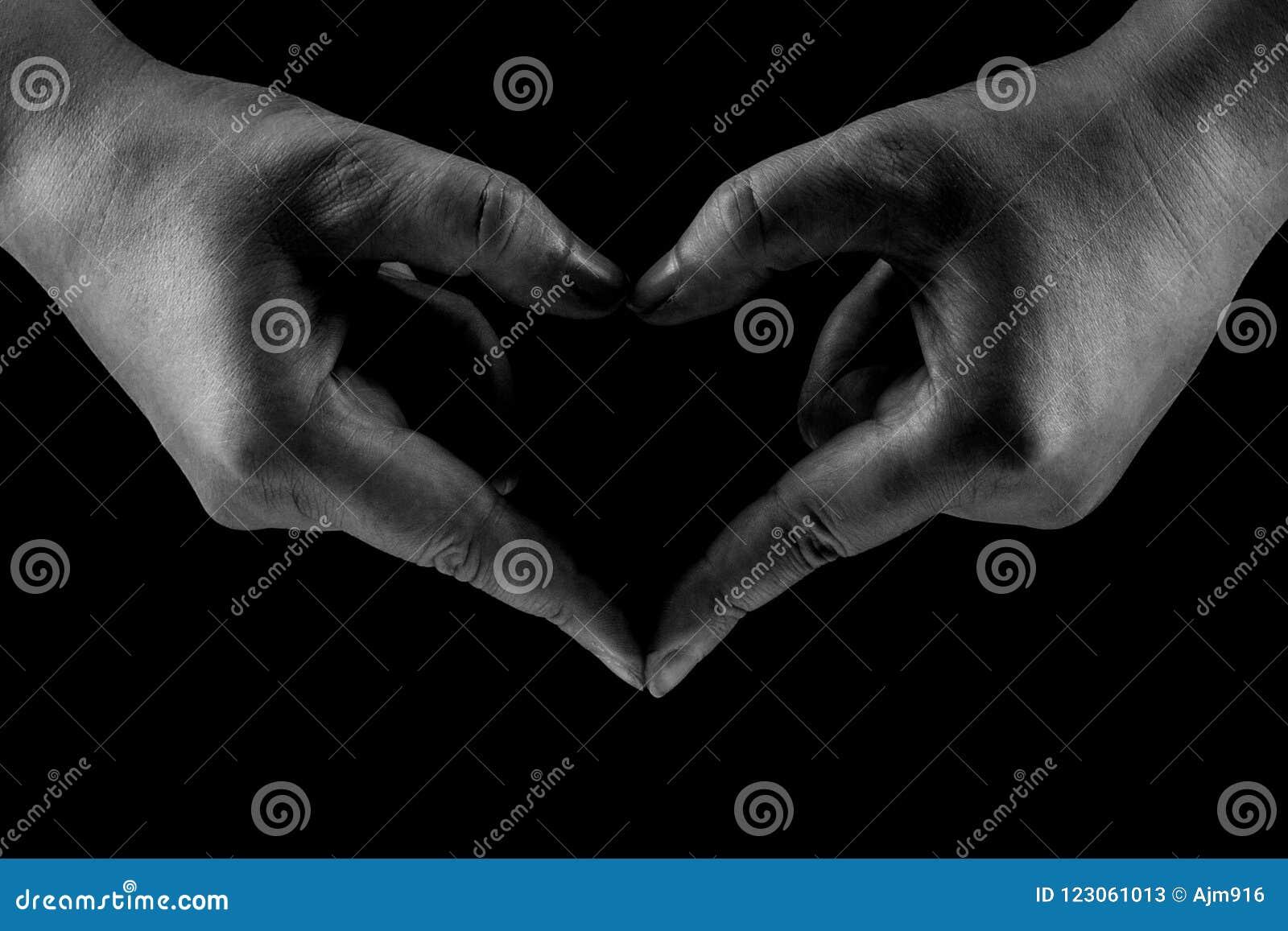 Isolement étroit De Mains En Forme De Coeur Noir Et Blanc