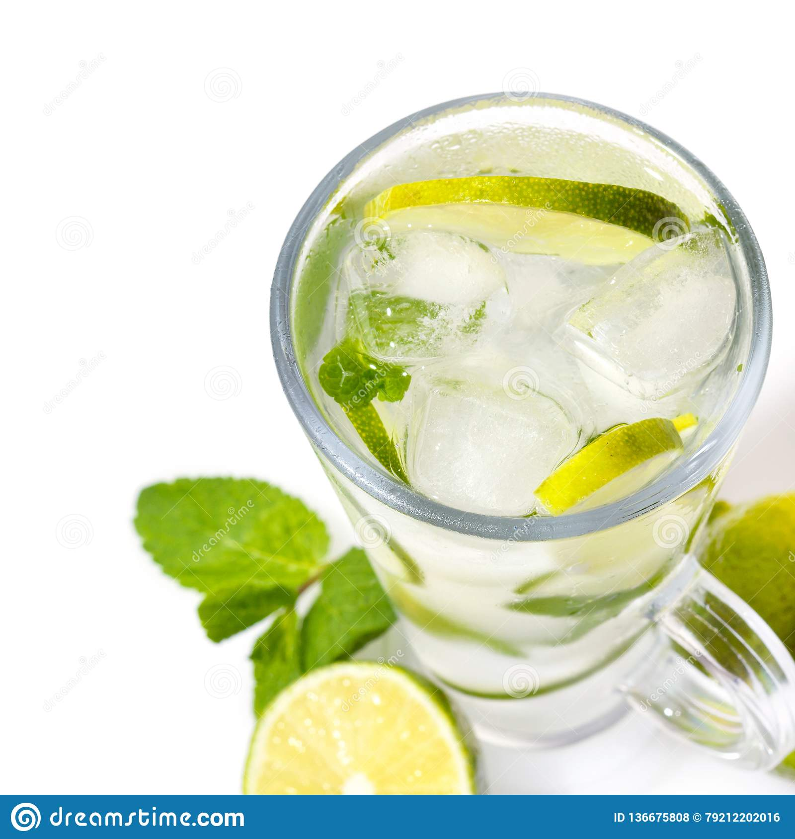 Isolement de cocktail de Mojito sur un blanc