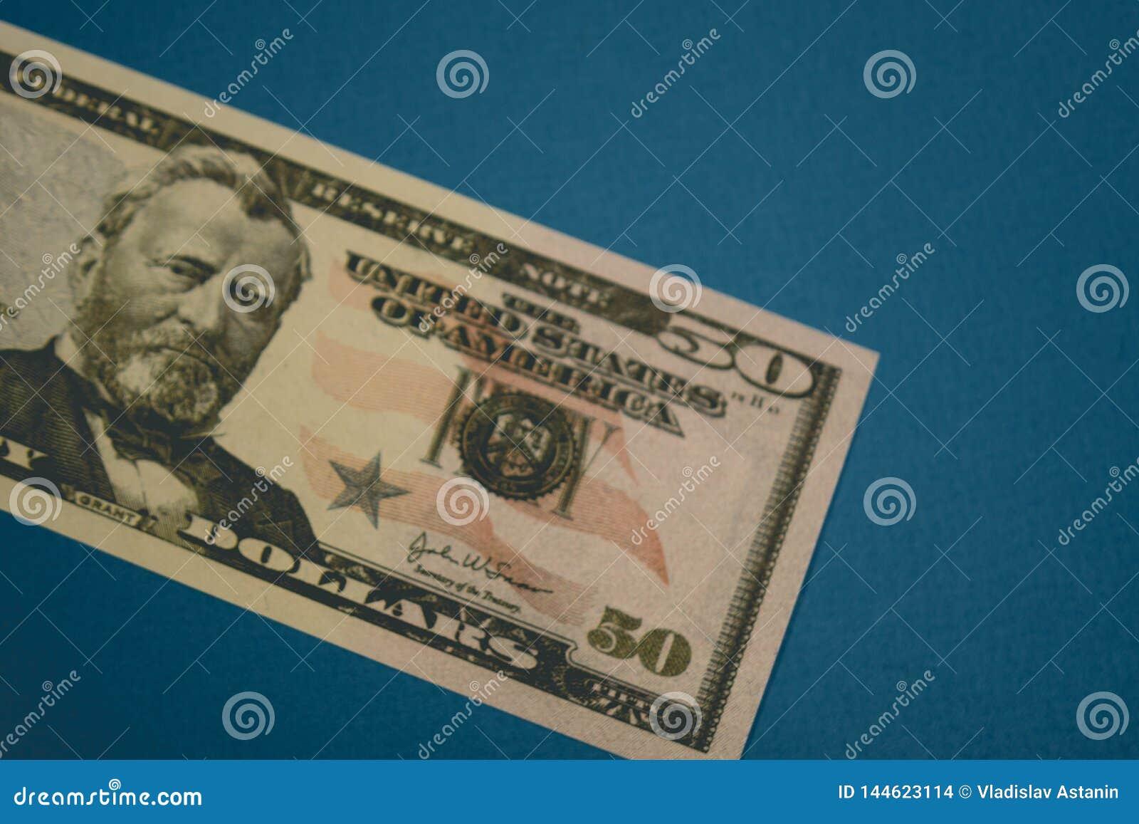 Isolerad dollarr?kning f?r amerikan femtio p? bl? bakgrund