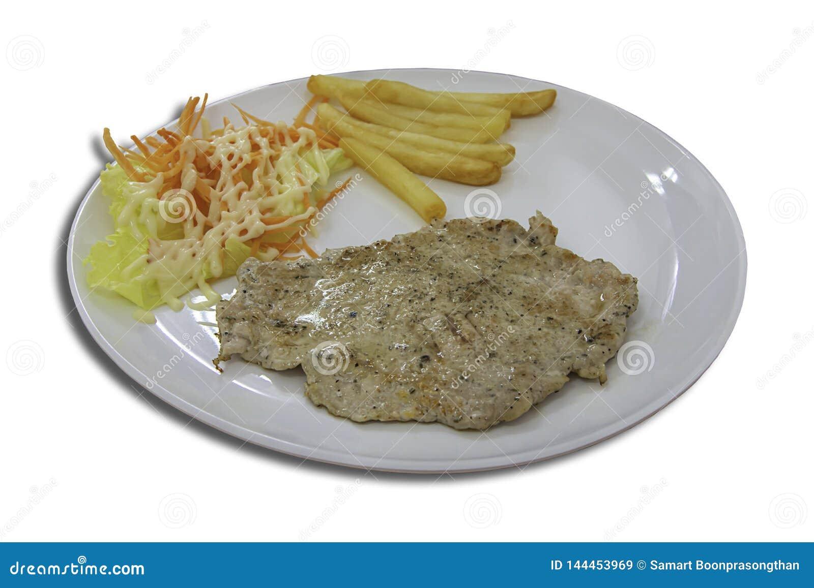 Isolerad grisköttbiff med pommes frites och sallad på en vit bakgrund med urklippbanan