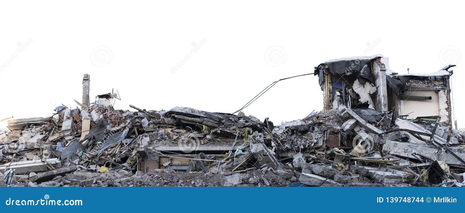 Isolerad hög av spillror från en demonterad byggnad på en rivningplats