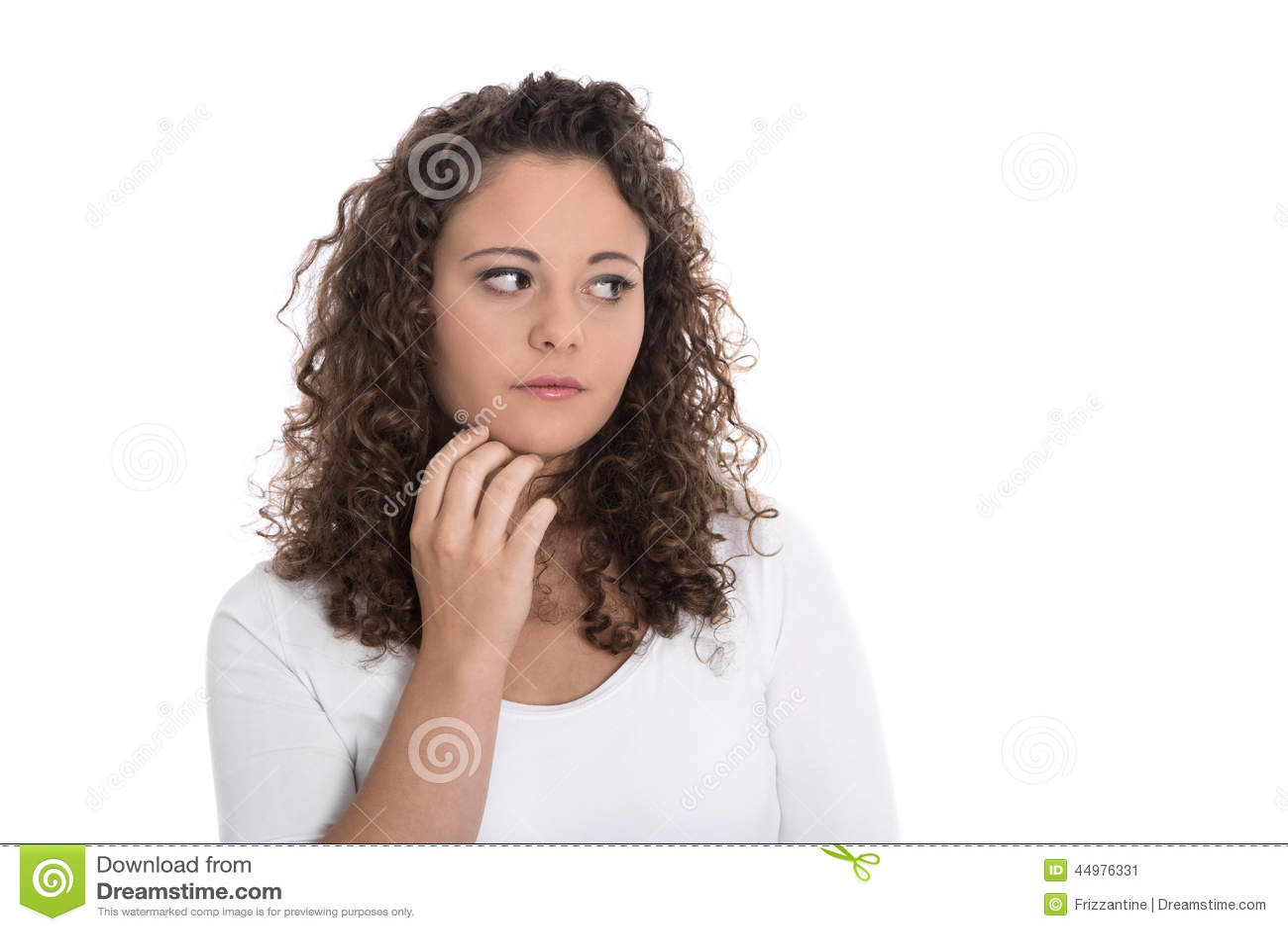 Isolerad ledsen och fundersam ung kvinna som från sidan ser