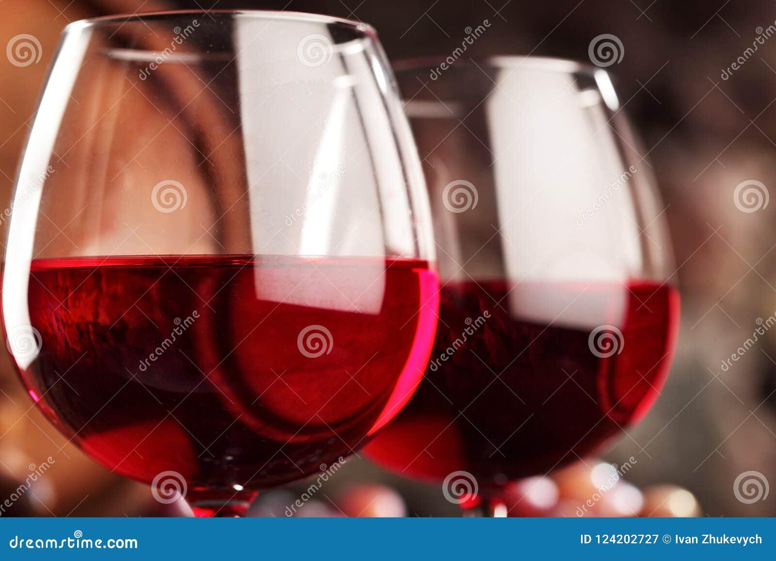 Isolerad röd waitewine för om Closeup av två exponeringsglas av rött vin Makro Selektivt fokusera