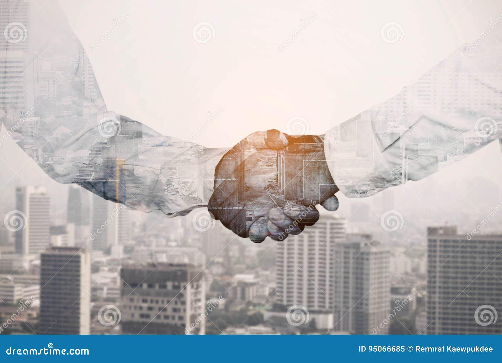 Isolerad sky för bakgrundsaffärsmän handskakning