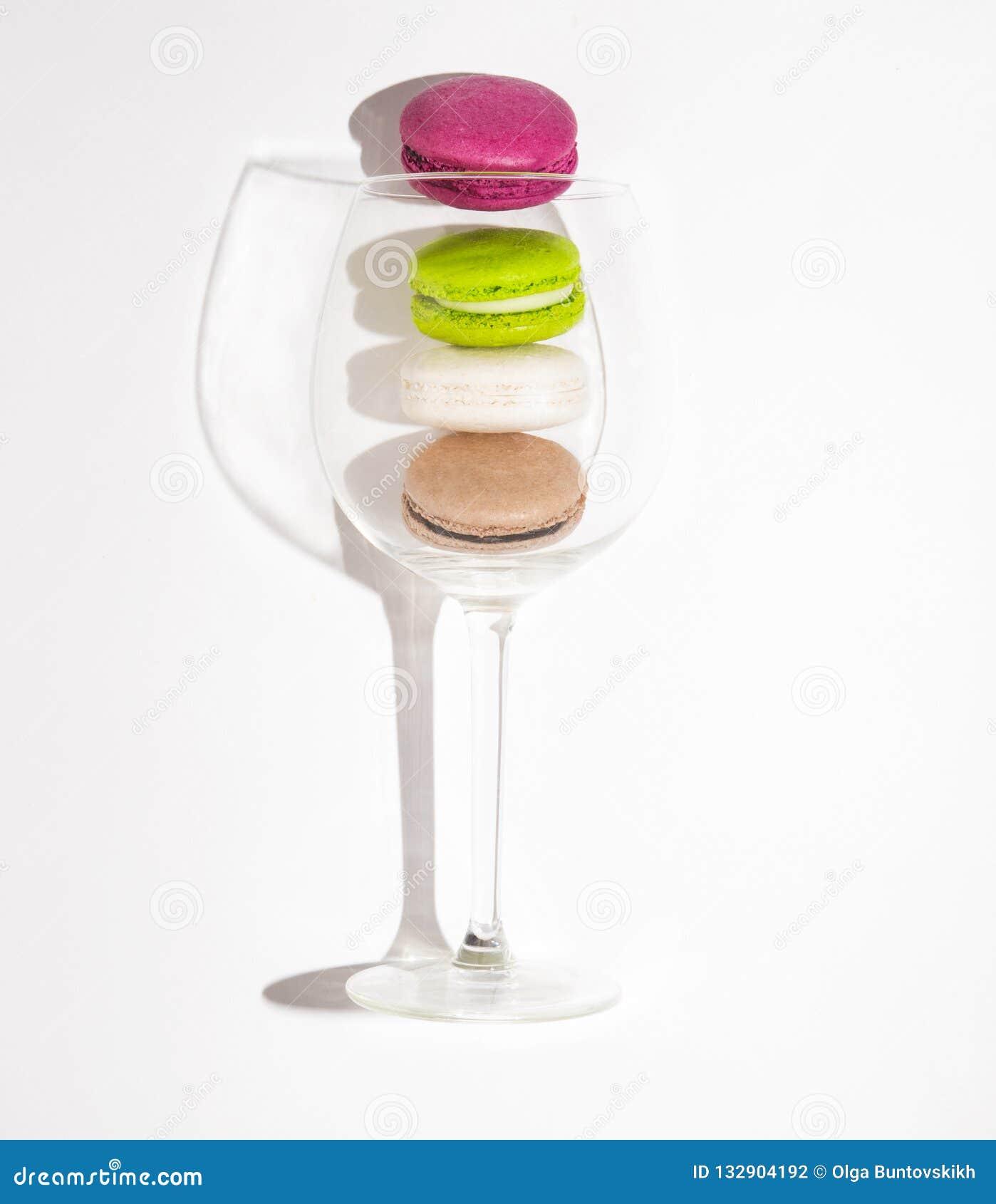 Isolerad vit bakgrundsefterrätt söta Frankrike för makron färgrikt exponeringsglas
