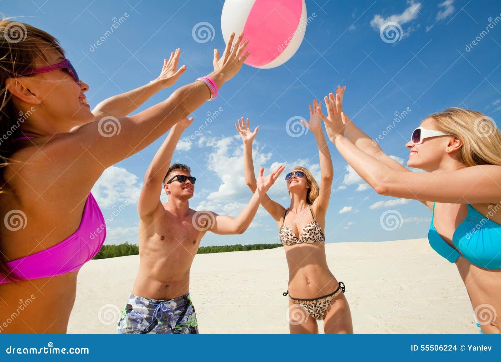 Isolerad volleybollwhite för bakgrund strand