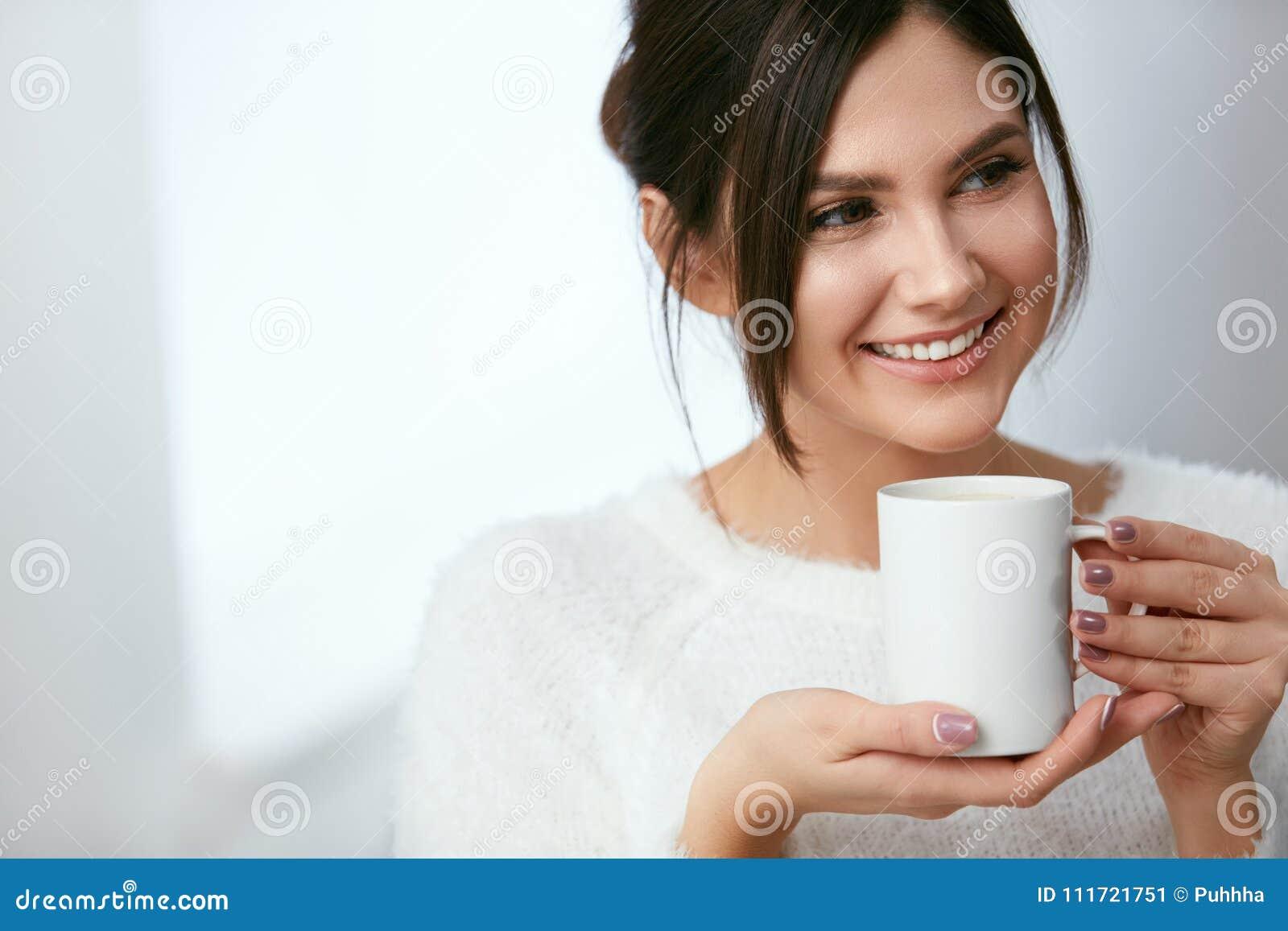 Isolerad white för kaffe drink Härlig kvinnlig innehavkopp med den varma drinken