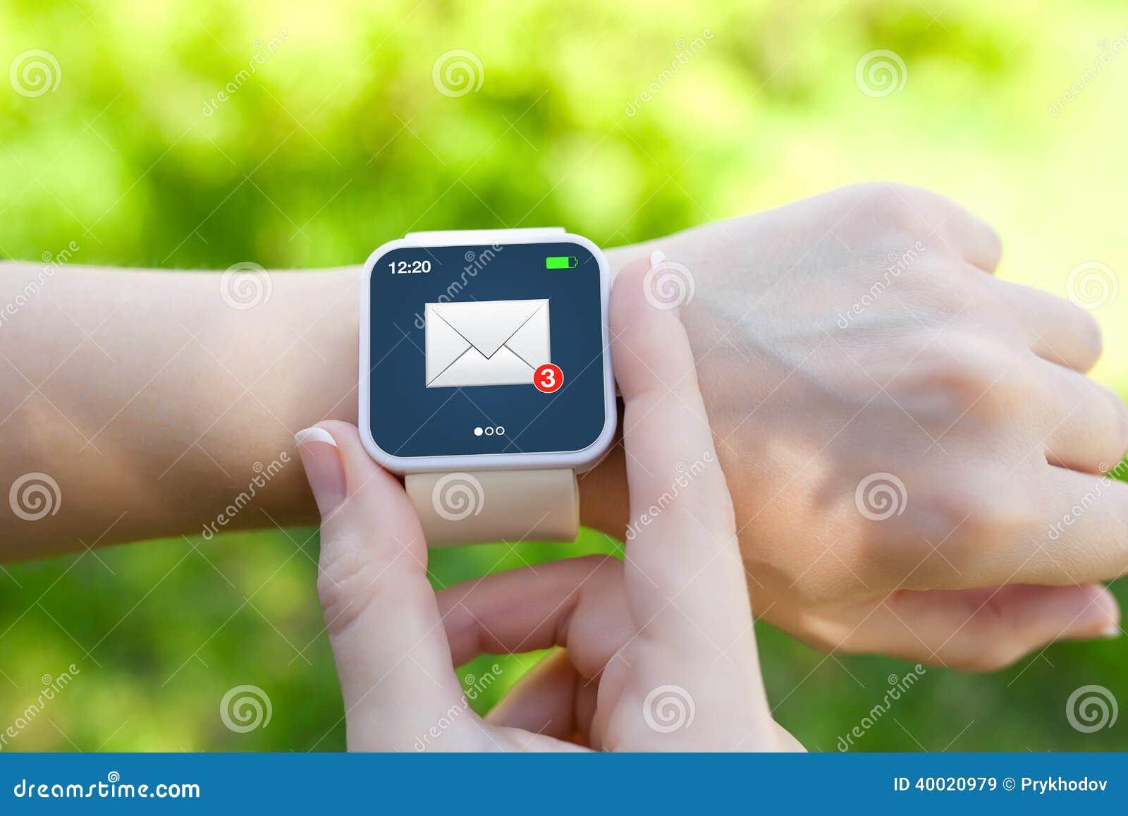Isolerade kvinnlighänder med vit smartwatch med emailen på scen
