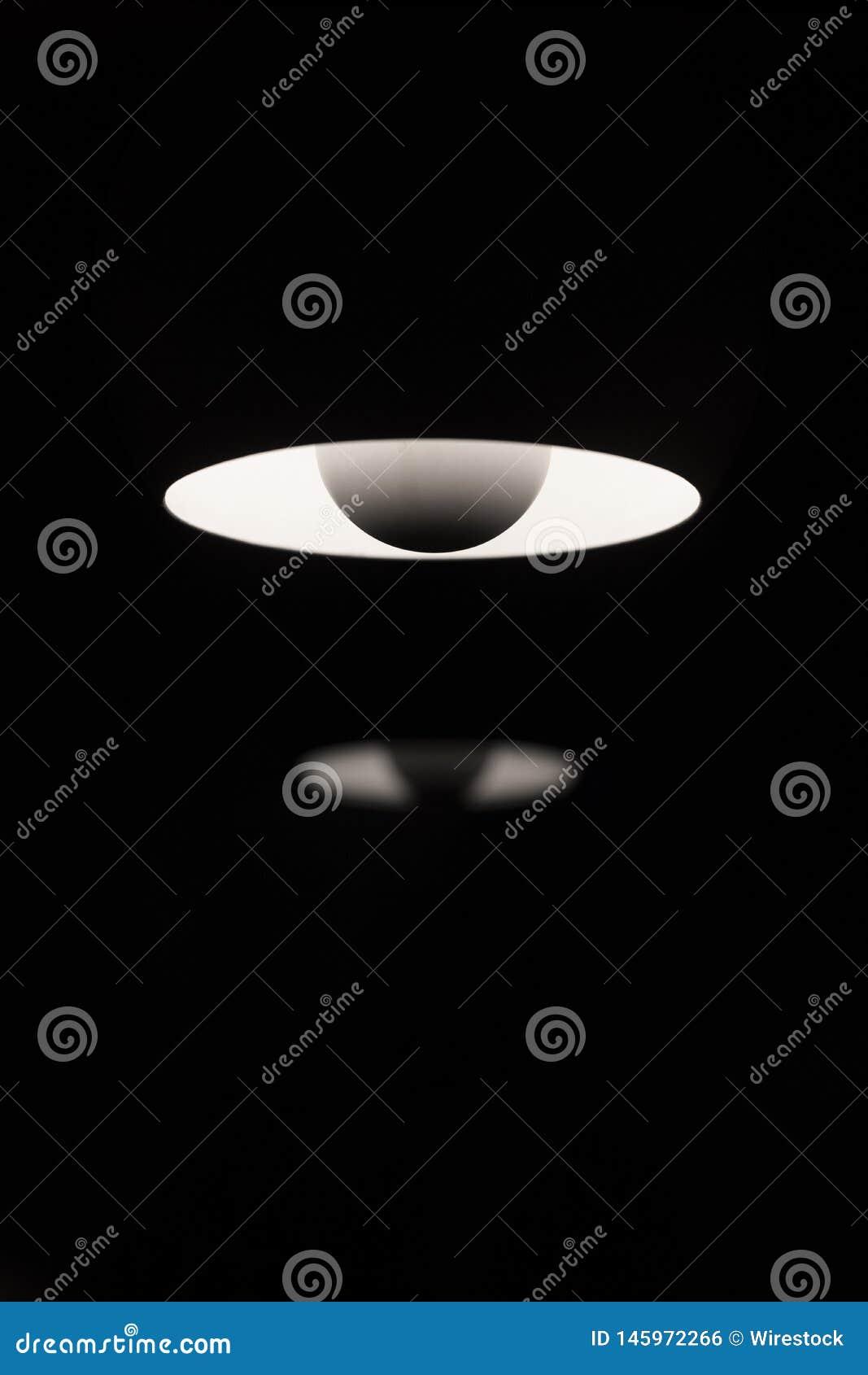 Isolerade vita lampor i ett mörkt rum för en kall bakgrund