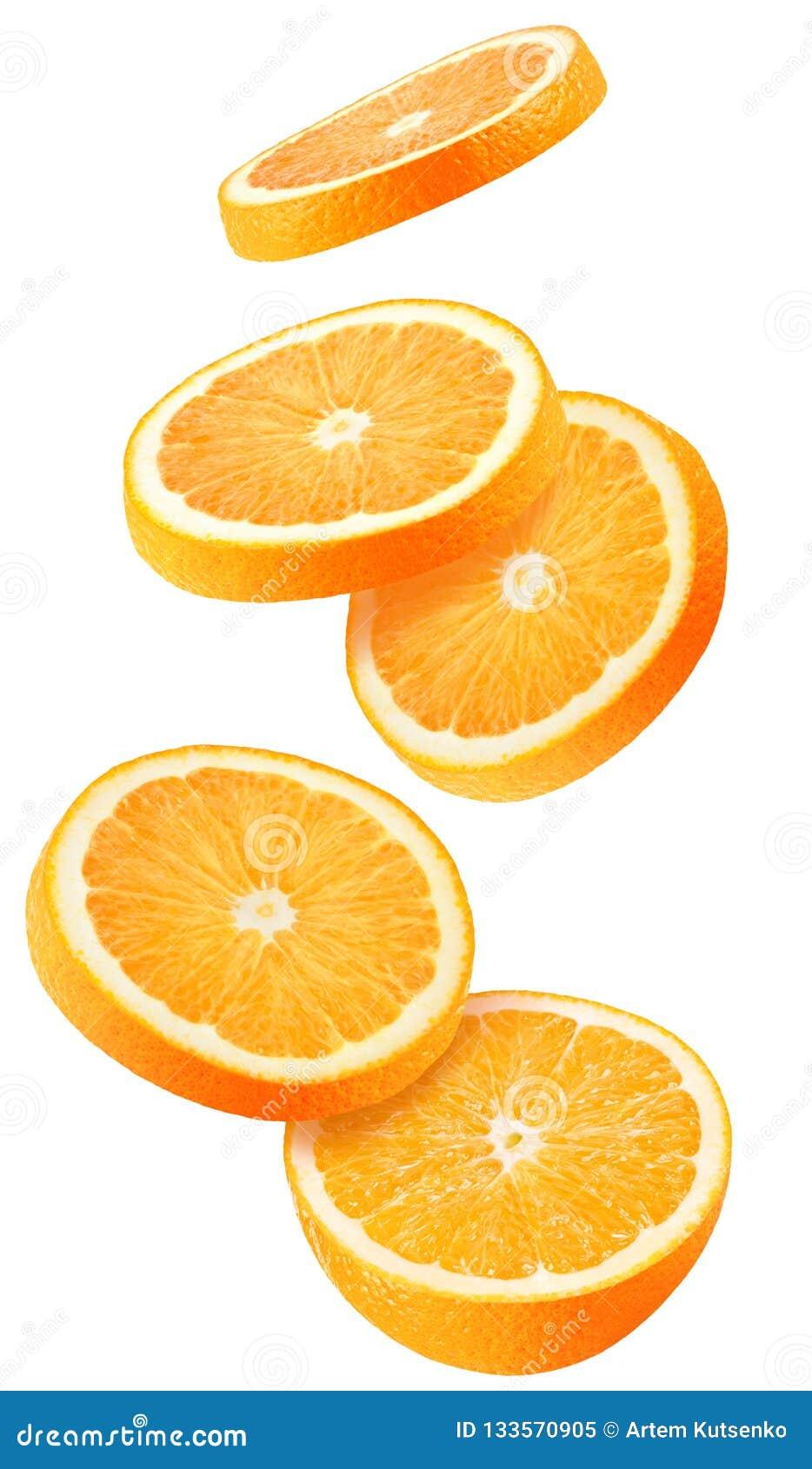 Isolerat flyga apelsiner Fallande skivad orange frukt som isoleras på vit bakgrund med urklippbanan