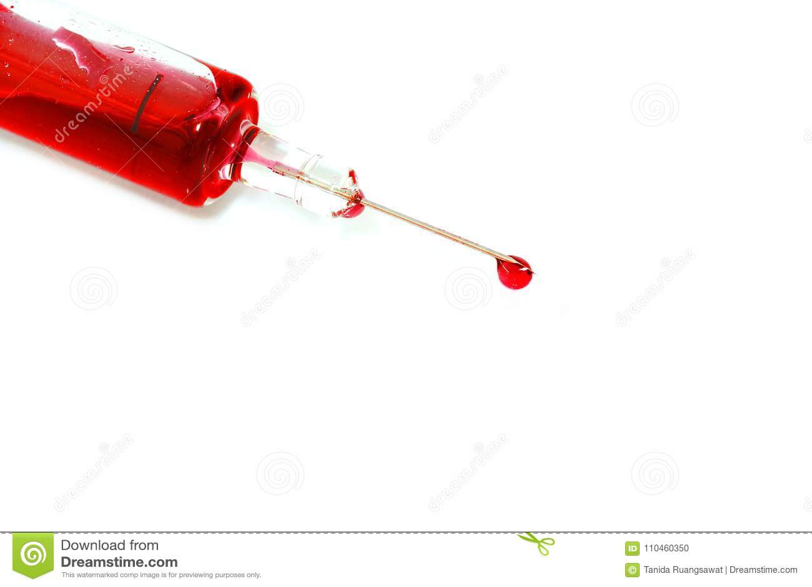Isolerat rött blod i injektioninjektionsspruta har blodliten droppedroppe på slutet av visaren på vit bakgrund