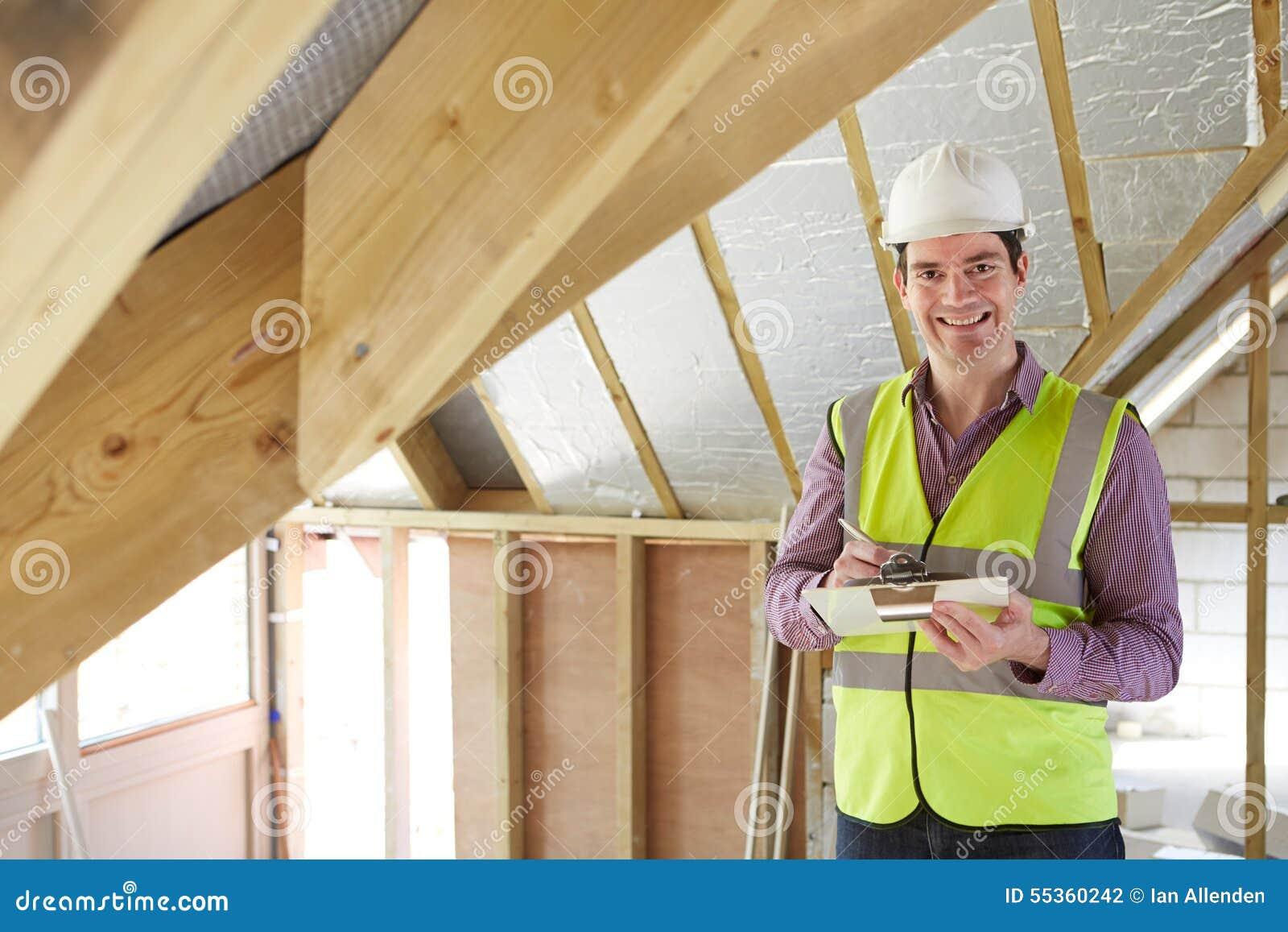 Ispettore edile che esamina tetto di nuova proprietà