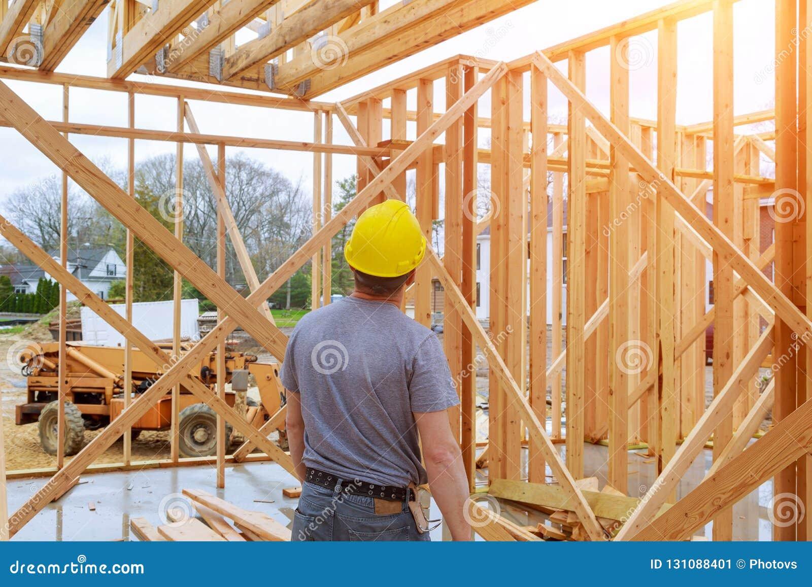 Ispettore edile che osserva costruzione domestica la nuova proprietà