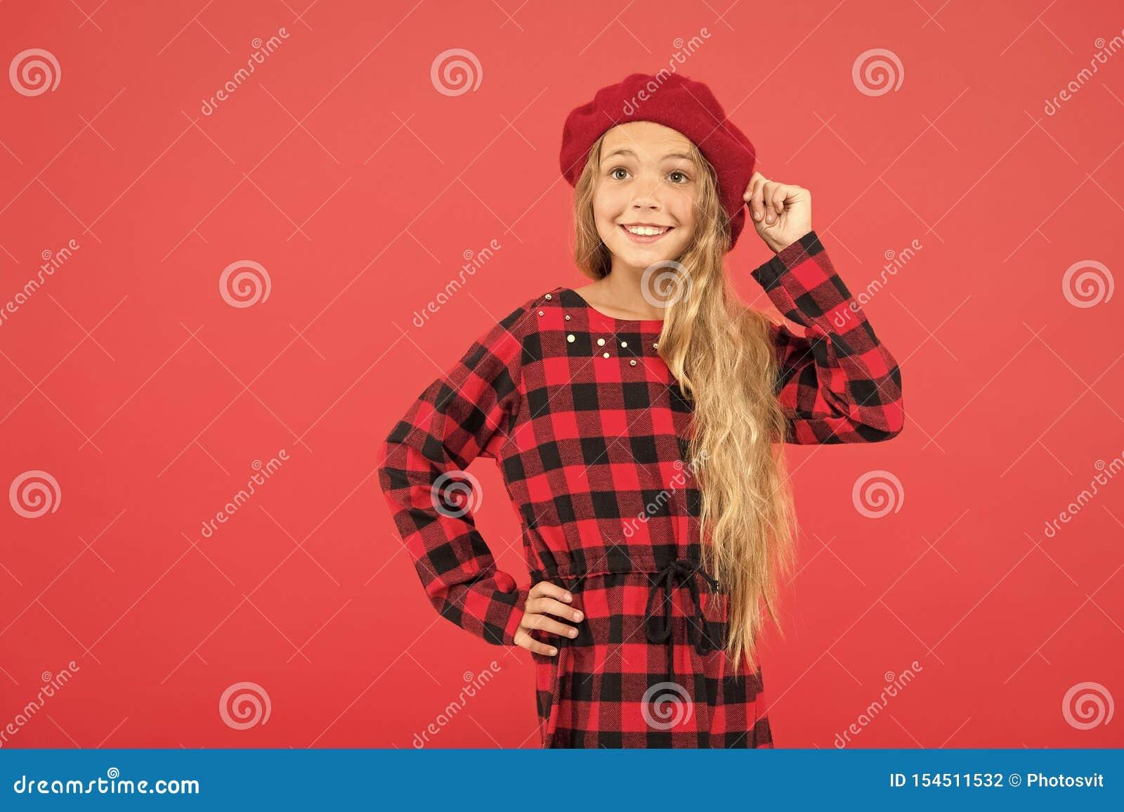 Ispirazione di stile del berretto Come porti il berretto come la ragazza di modo Bambina del bambino con capelli lunghi che posan