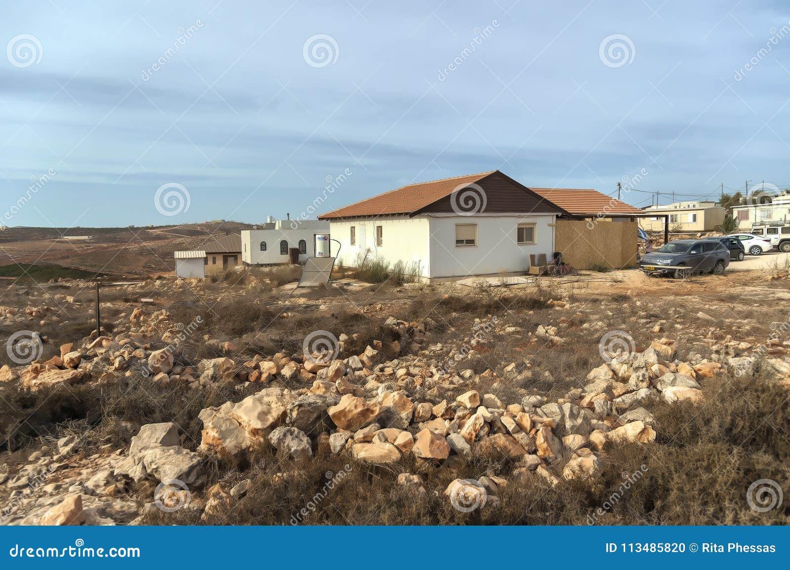 Israel Judea deserto 24 de outubro de 2015 Os colonos judaicos erigem ilegalmente uma existência nova no deserto do deserto do ju