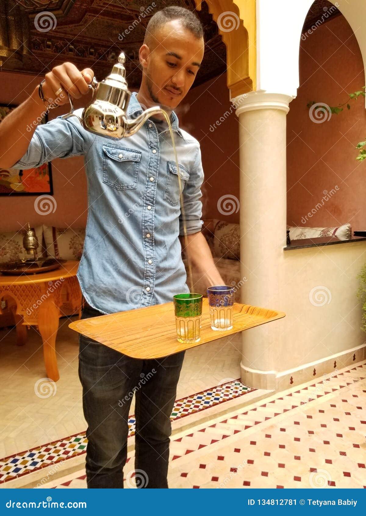 Isso é como você serve o chá marroquino da hortelã!