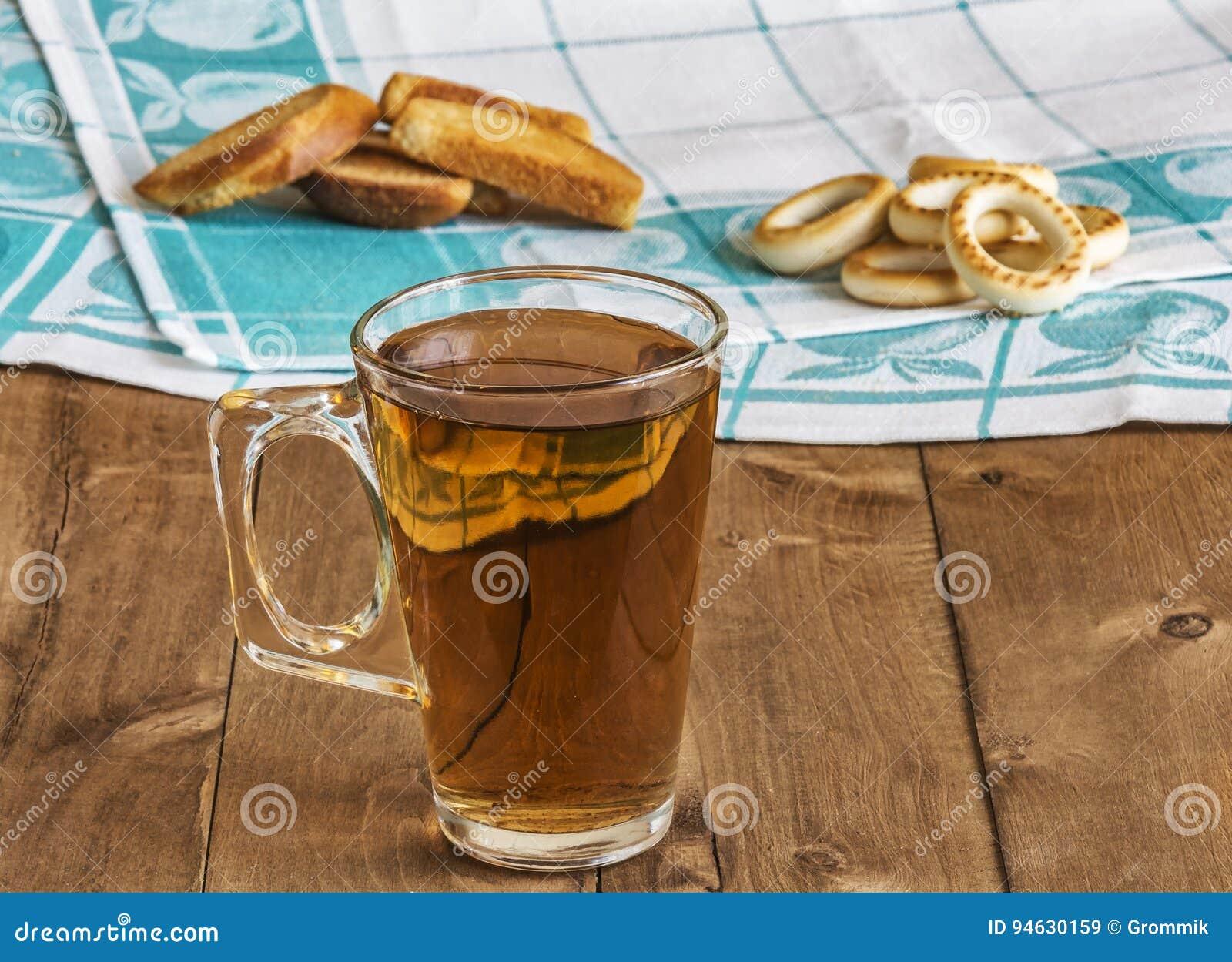 Ist auf dem tisch ein glas tee mit brotkrumen und trockner