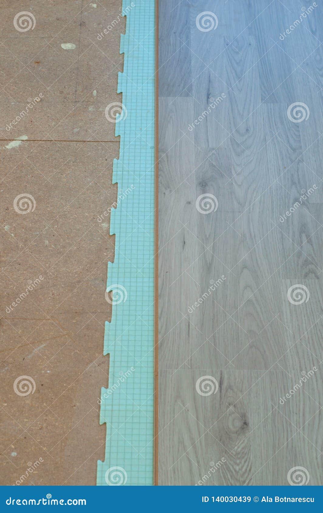 Istalation van nieuwe gelamineerde bevloering, die een het isoleren correct materiaal gebruiken