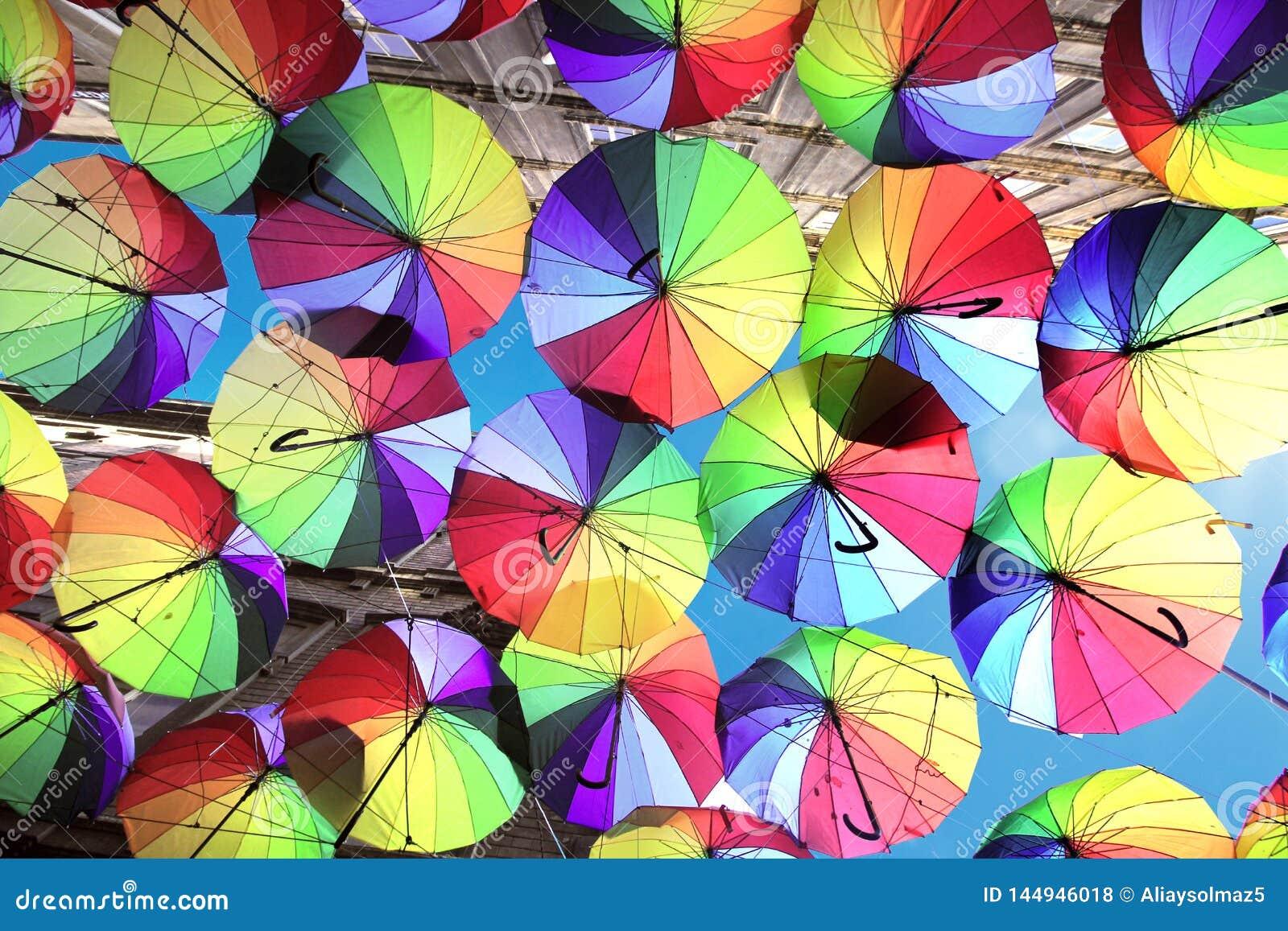 Istambul, Karakoy/Turquia - 04 04 2019: Os guarda-chuvas coloridos decoraram a parte superior da rua de Karakoy na Istambul, deco