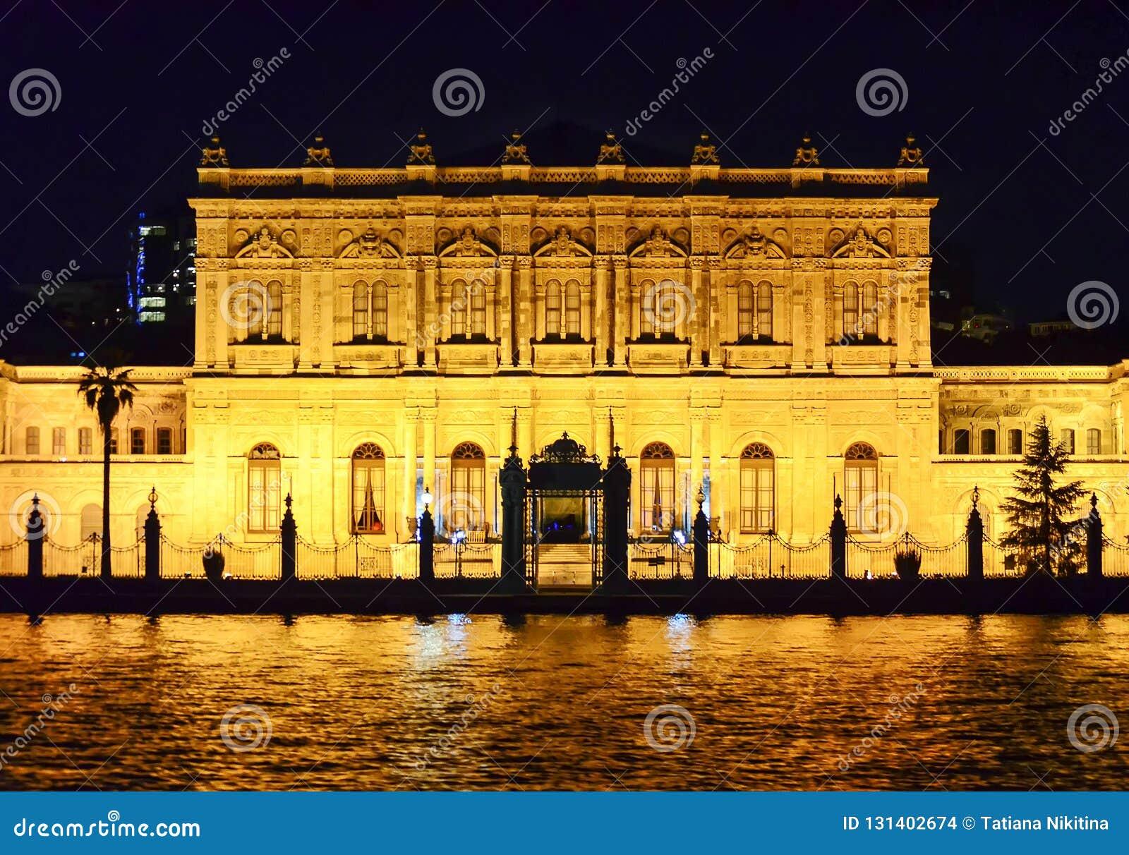 Istambul, TURQUIA o 19 de setembro - 2018 Palácio de Dolmabahce visto da água na noite