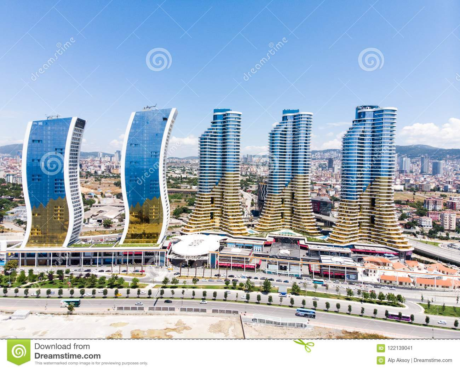 Istanboel, Turkije - Februari 23, 2018: Luchthommelmening van IstMarina-het Winkelcomplex van Wolkenkrabbersavm in Istanboel Kart