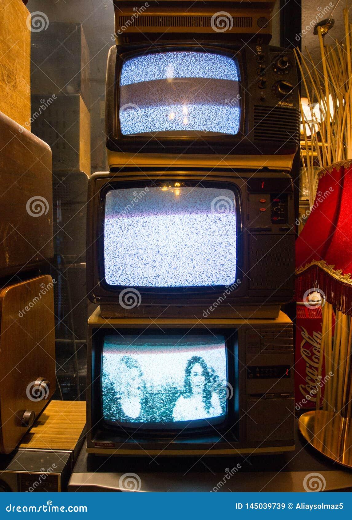 Istanbuł Istiklal ulica, Turcja 16,/ 4 2019: Stare Klasyczne Retro telewizje, Antykwarskie kolekcje