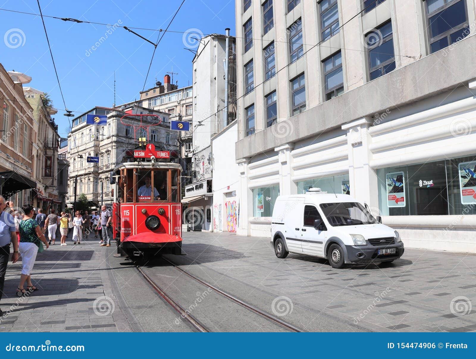 ISTANBUŁ TURCJA, CZERWIEC, - 7, 2019: Retro czerwony tramwajowy Taksim-Tunel na Istiklal ulicie