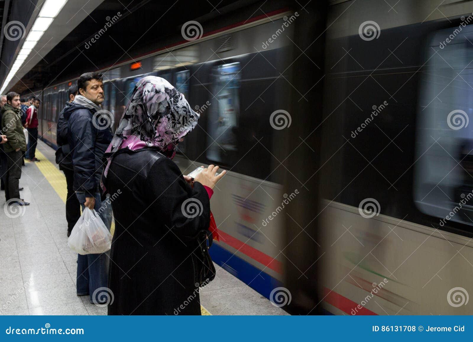 ISTANBUŁ TURCJA, GRUDZIEŃ, - 28, 2015: Ludzie czeka wsiadać Marmaray pociąg