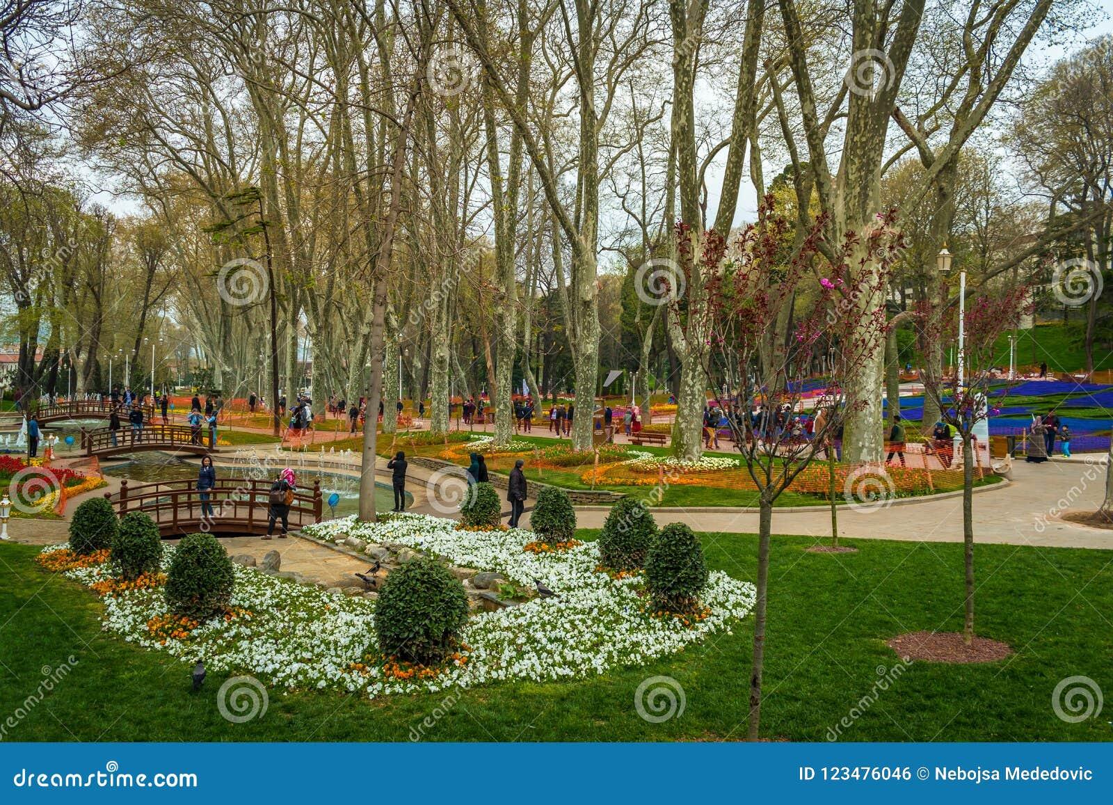 Istanbuł, Turcja - 6 22 2018: Kolorowy park Obok Topkapi pałac Wymieniającego ` Gulhane parka `