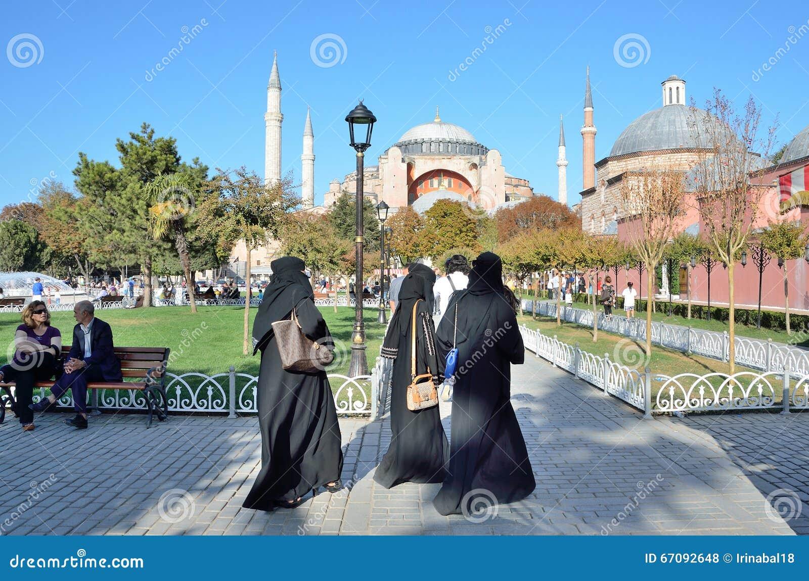 Istanbuł, Turcja, Październik, 18, 2013 Kobiety w tradycyjnym Islamskim ubraniowym odprowadzeniu blisko Aya Sofya
