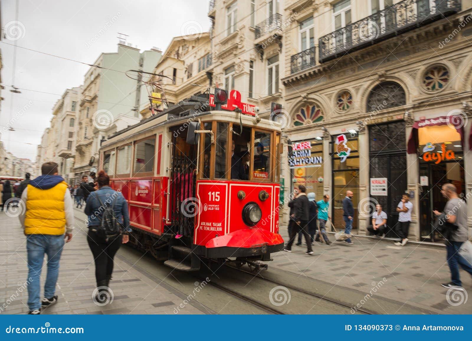 ISTANBUŁ, TURCJA: Retro tramwaj na Istiklal ulicie Istanbuł historyczny okręg Istanbuł sławna turystyczna linia Czerwony tramwajo